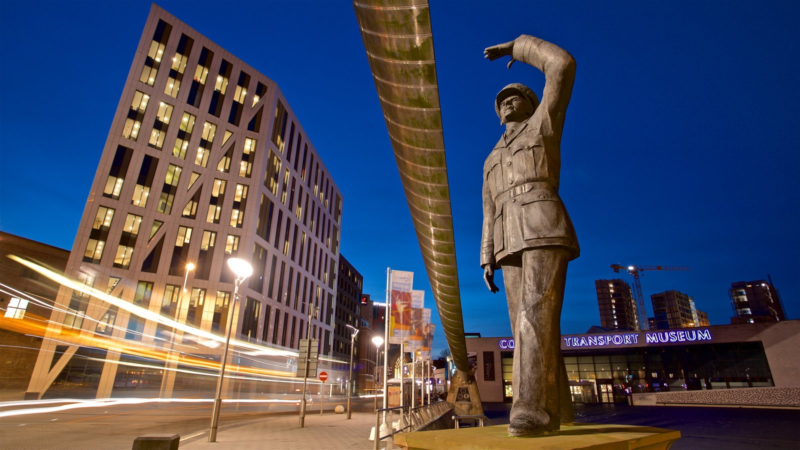 Coventry mostrando cenas noturnas, uma estátua ou escultura e uma cidade