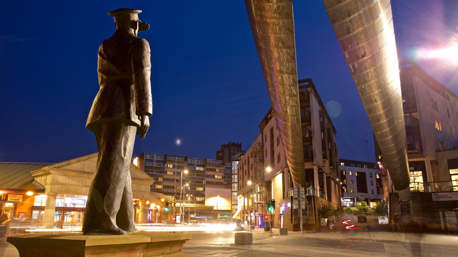 Coventry mostrando uma estátua ou escultura, cenas noturnas e arte ao ar livre