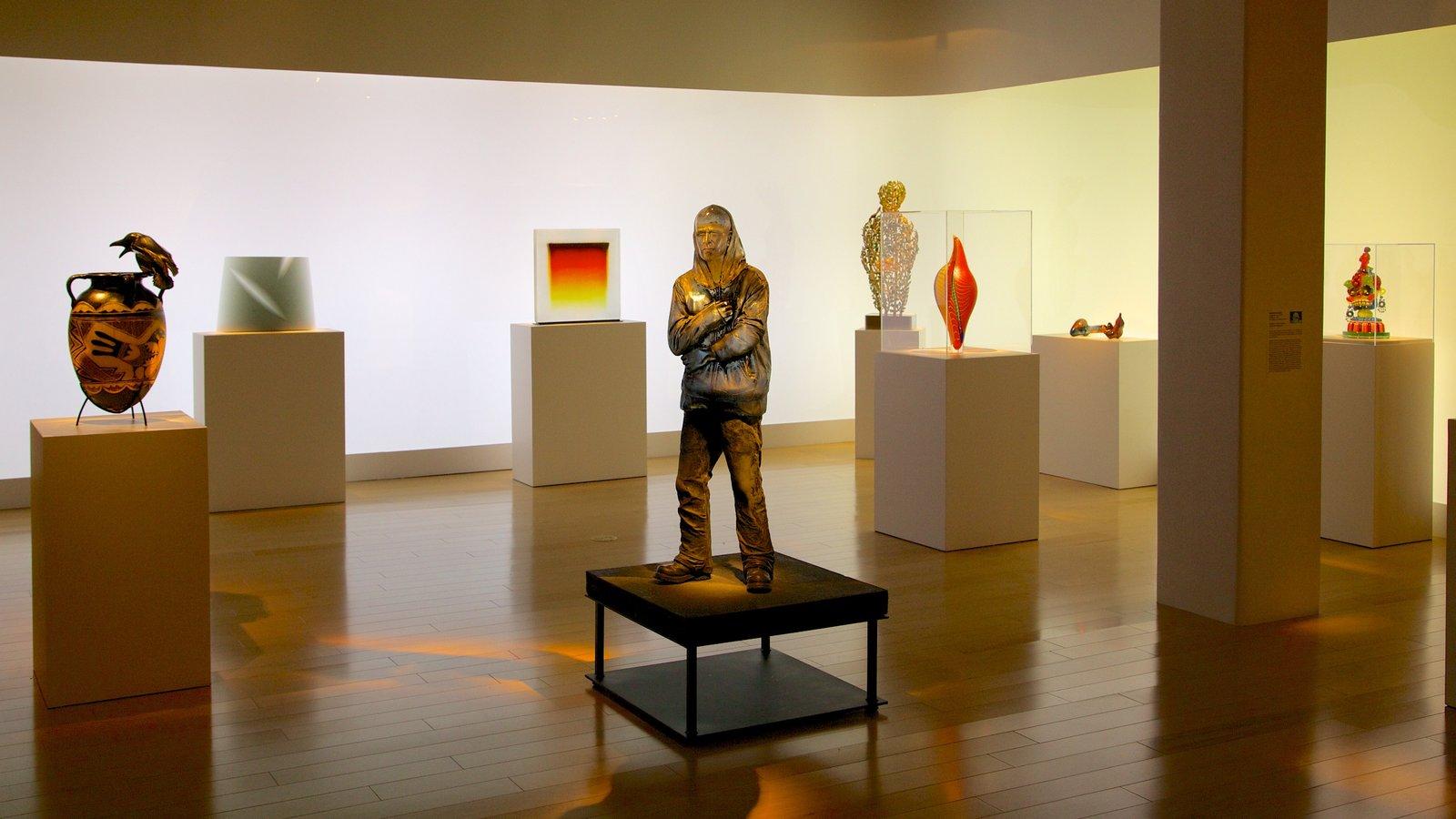 Palm Springs Art Museum mostrando arte, uma estátua ou escultura e vistas internas