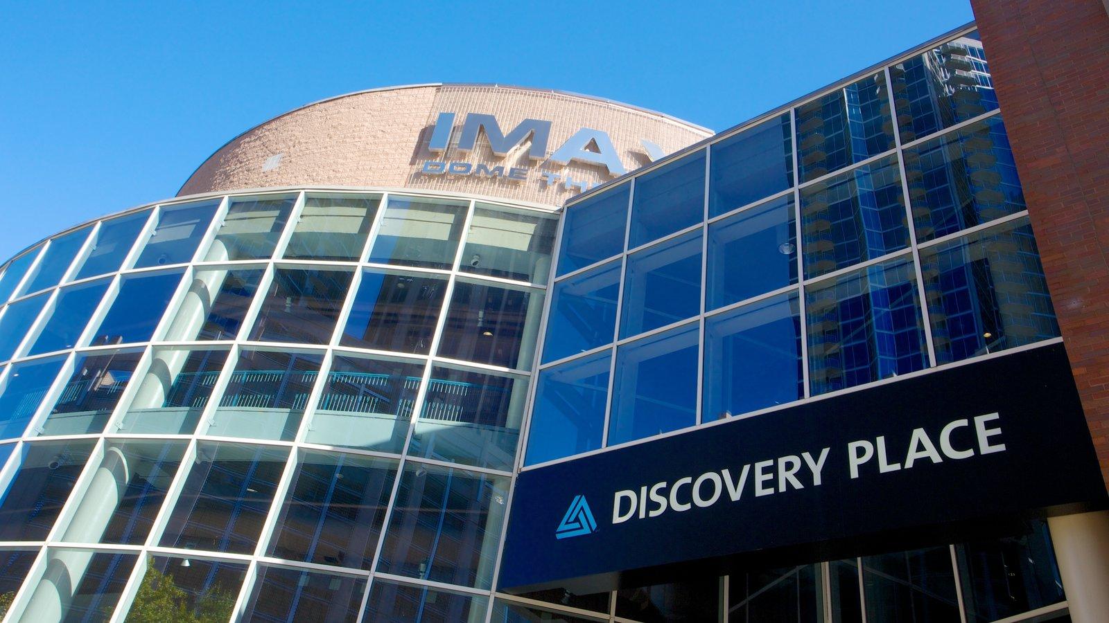 Discovery Place que inclui arquitetura moderna e uma cidade