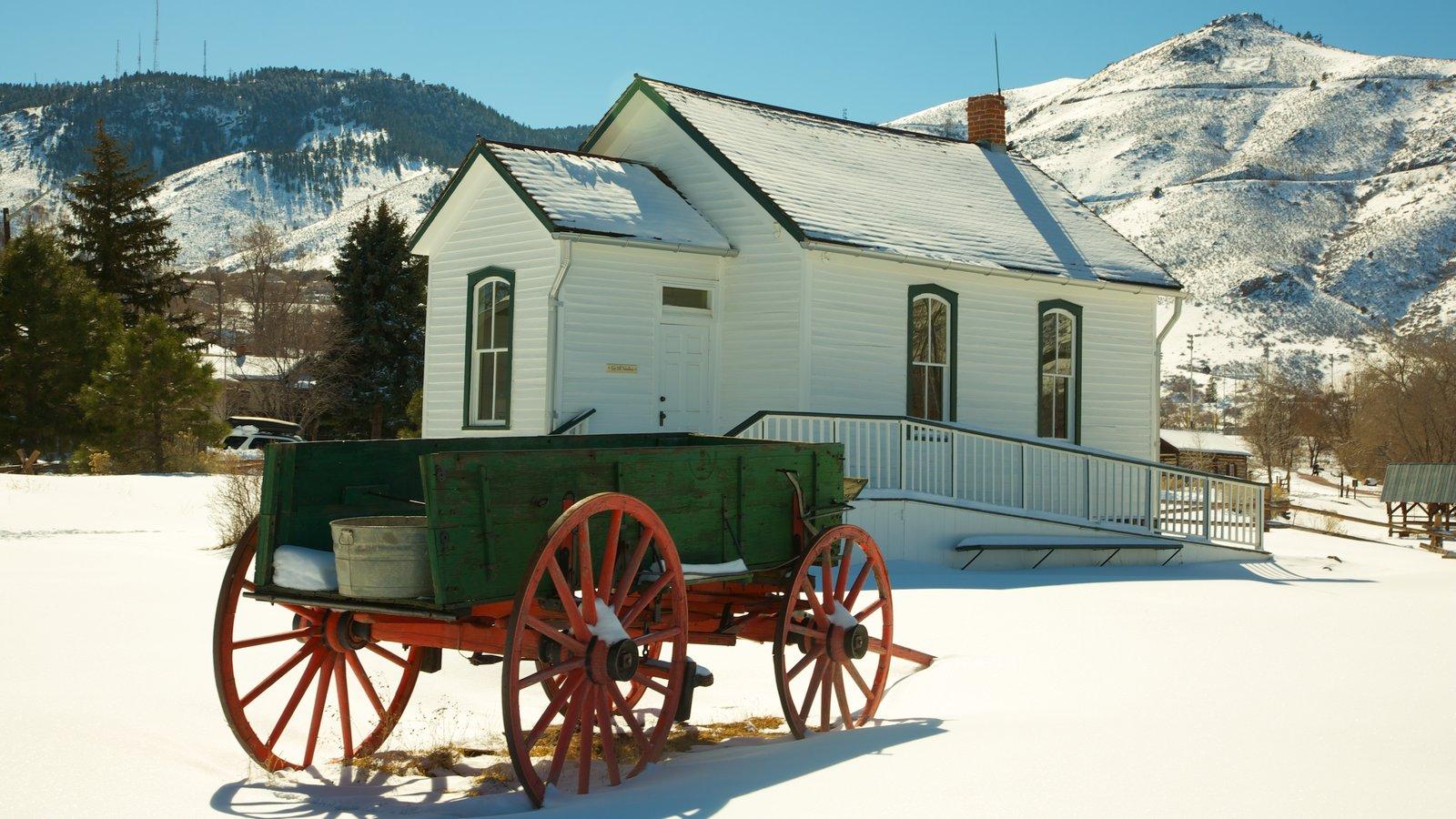 Golden mostrando montanhas, arquitetura de patrimônio e uma casa