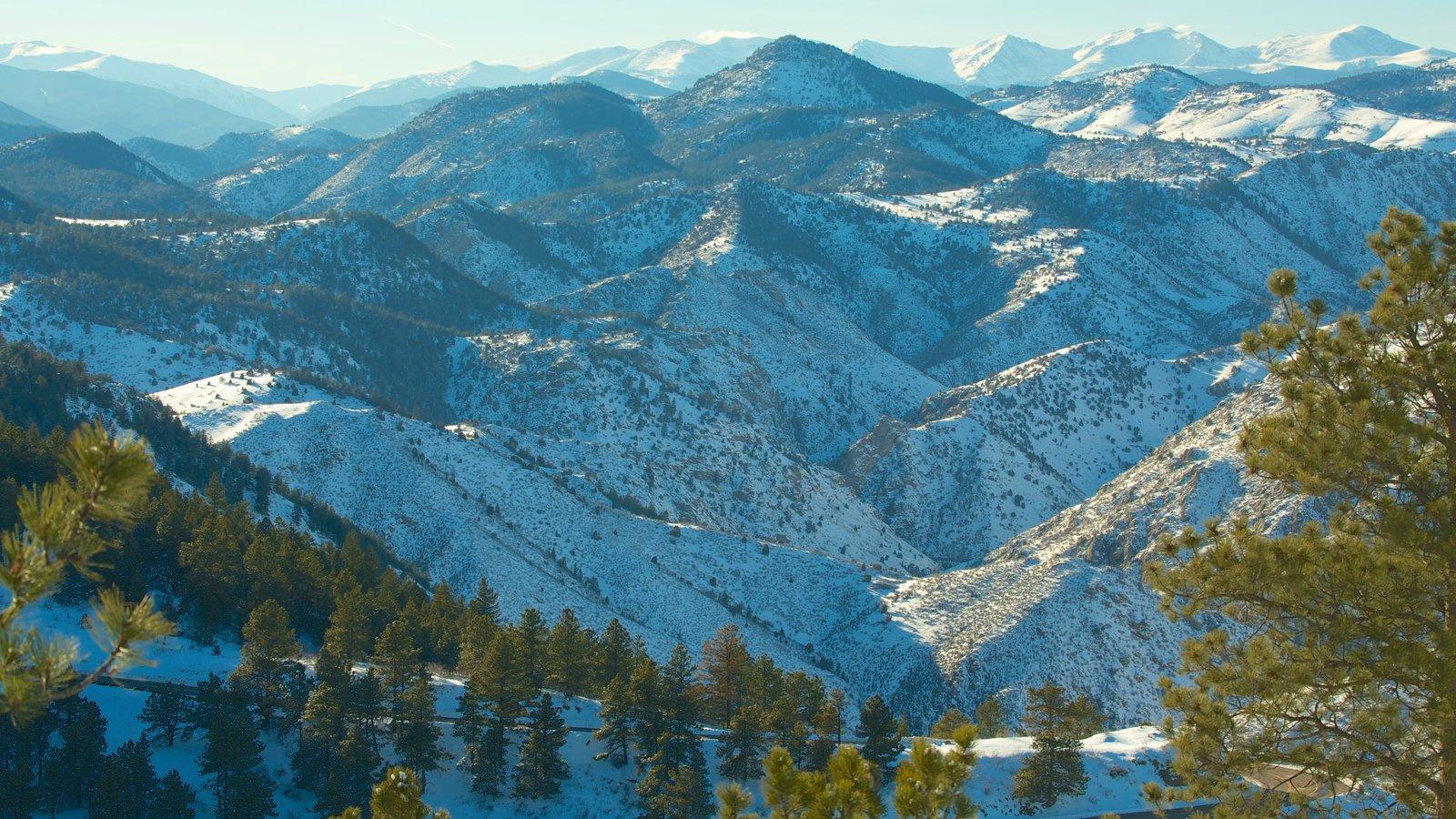 Golden que incluye vistas de paisajes, nieve y montañas