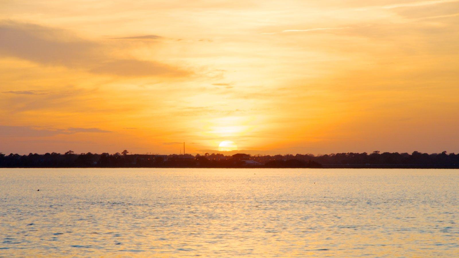 Charleston Waterfront Park mostrando um pôr do sol, paisagem e paisagens litorâneas