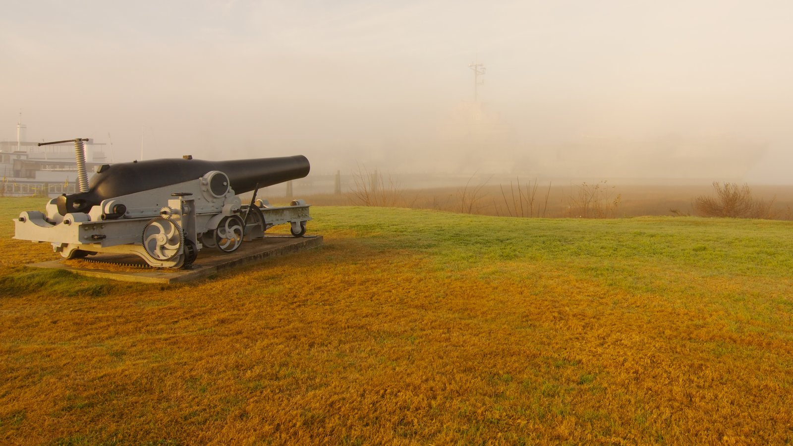 USS Yorktown caracterizando neblina e itens militares