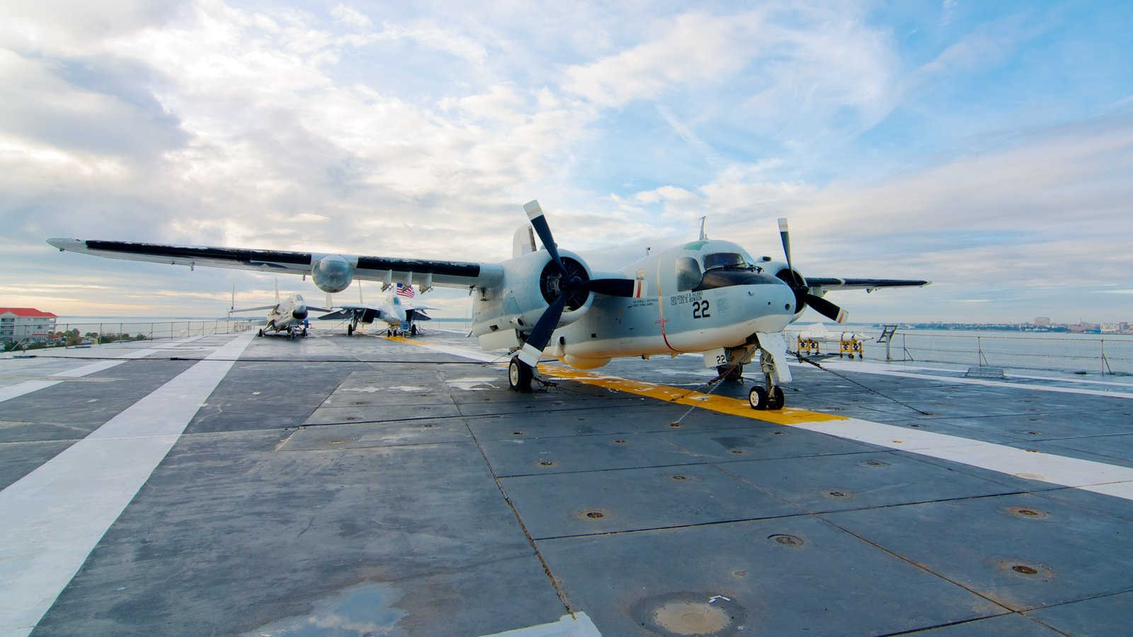 USS Yorktown caracterizando uma aeronave, aeronave e um aeroporto