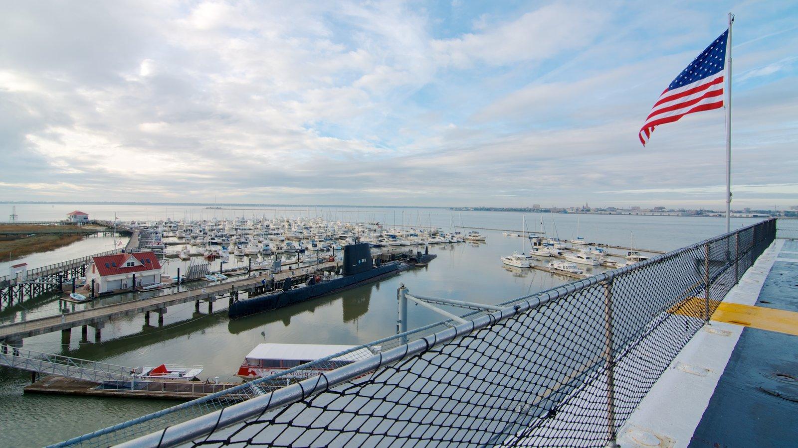 USS Yorktown caracterizando uma baía ou porto