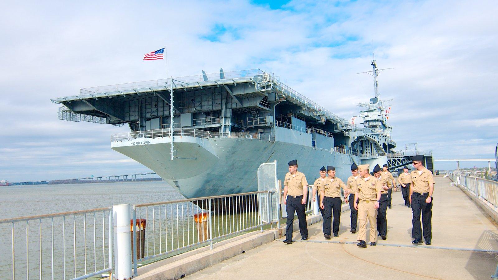 USS Yorktown caracterizando uma marina e itens militares