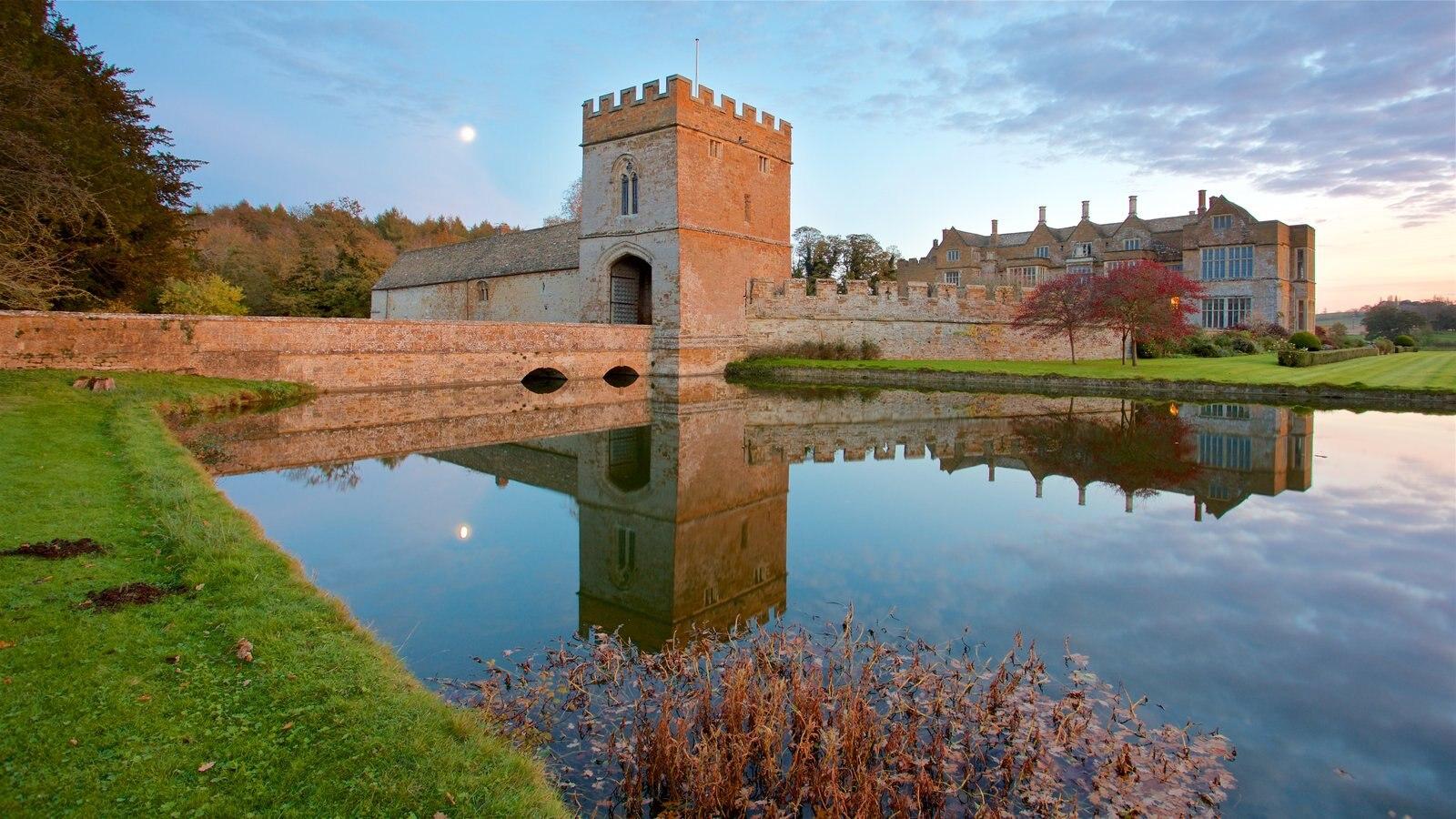 Broughton Castle mostrando um pôr do sol, arquitetura de patrimônio e um pequeno castelo ou palácio