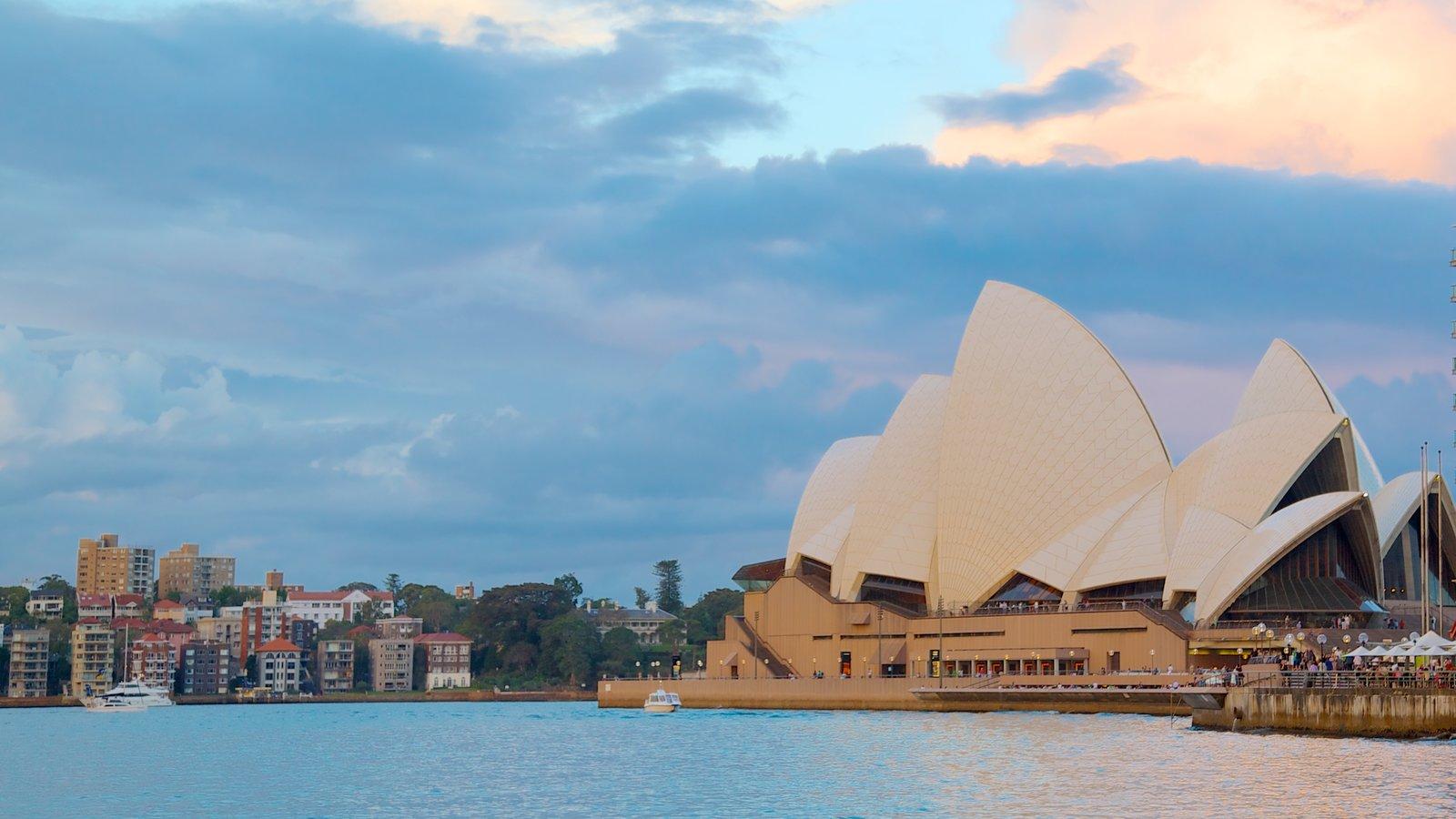Ópera de Sídney mostrando arquitectura moderna, escenas de teatro y vistas generales de la costa