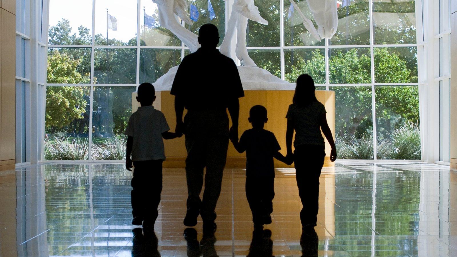Oklahoma City mostrando vistas interiores y también una familia
