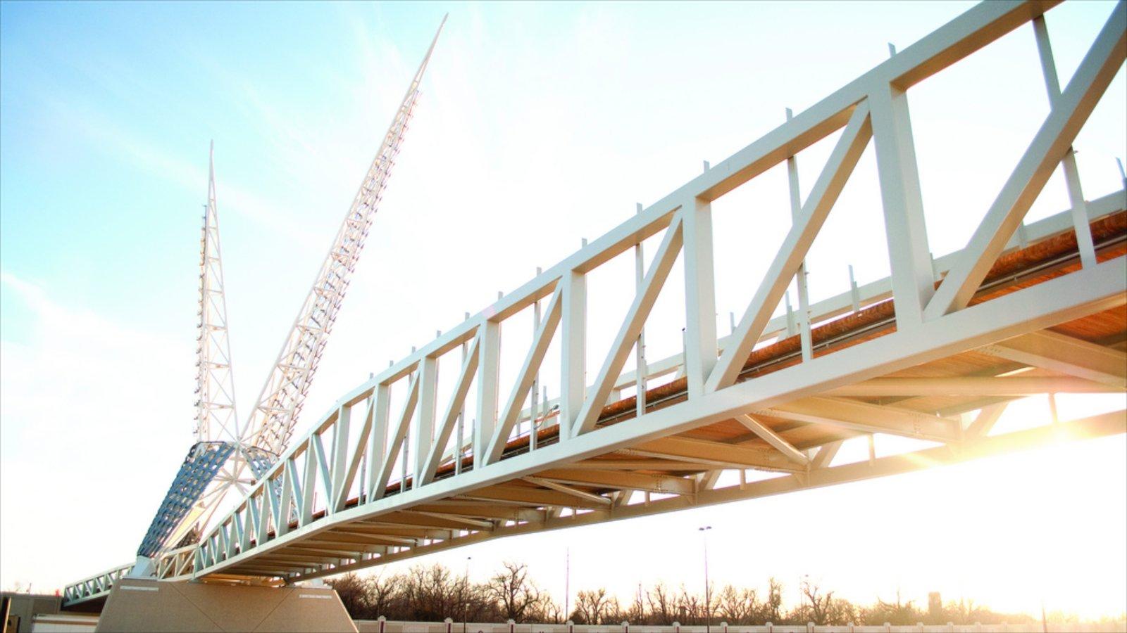 Oklahoma City ofreciendo un puente y arquitectura moderna