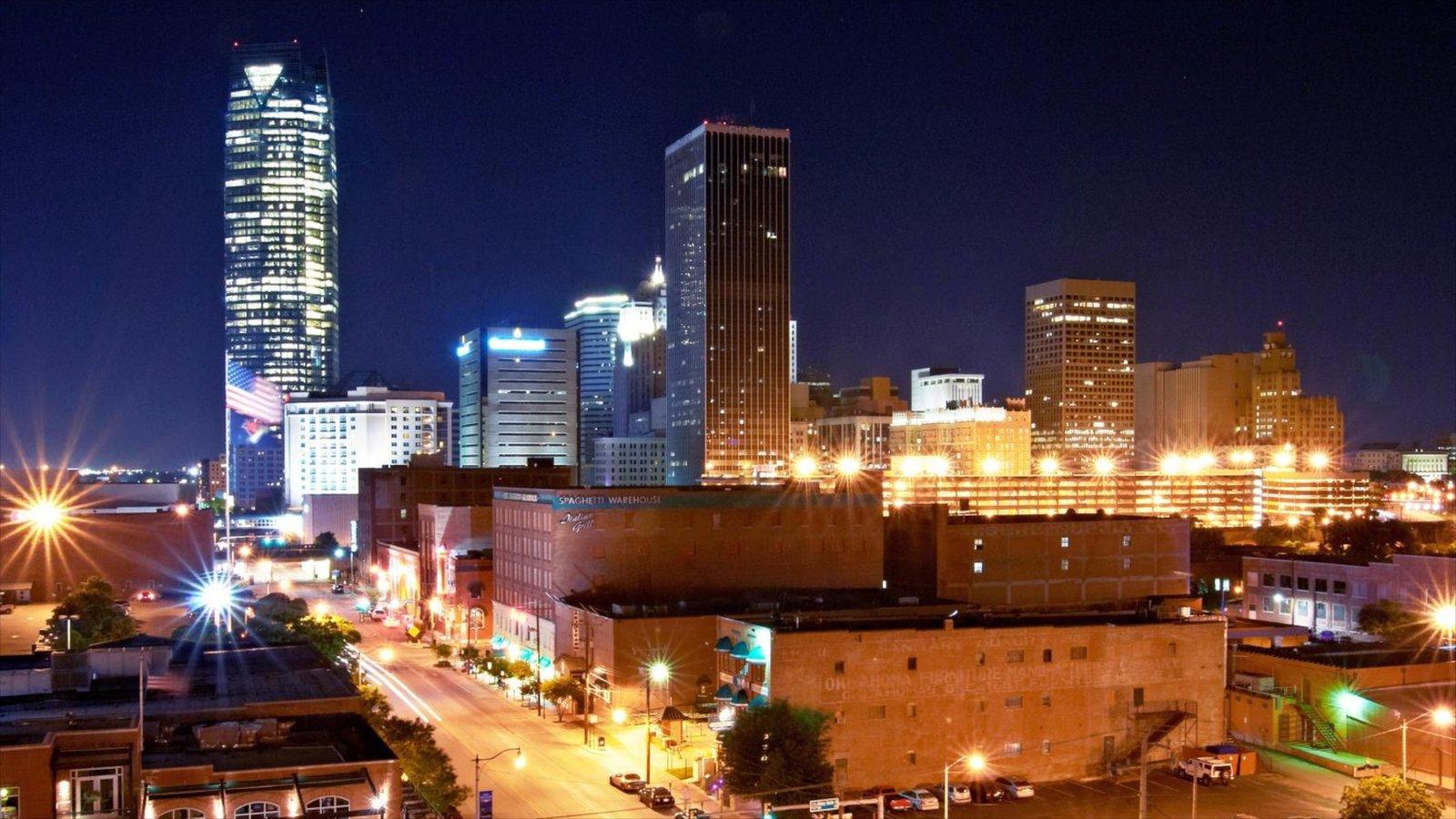 Oklahoma City que incluye distrito financiero central, escenas nocturnas y un rascacielos