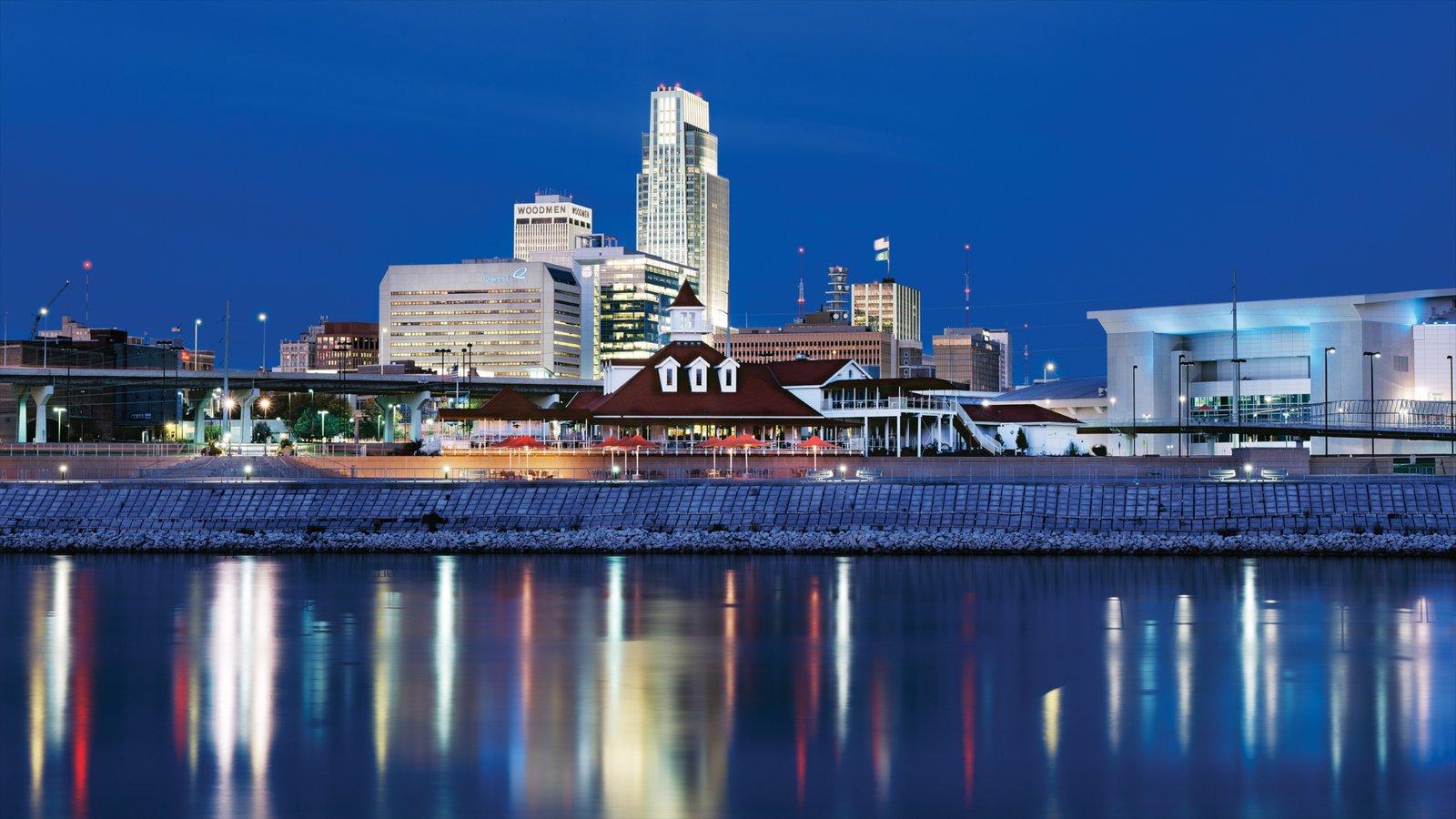 Omaha que inclui cenas noturnas, uma cidade e paisagens litorâneas