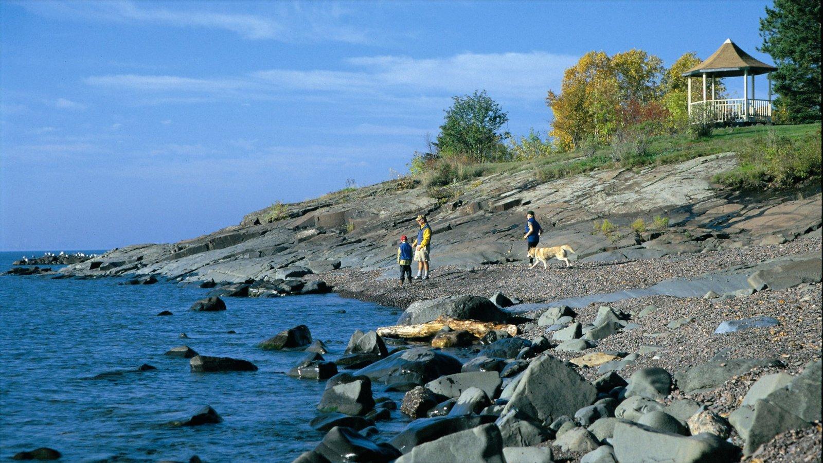 Duluth mostrando montanhas e litoral acidentado