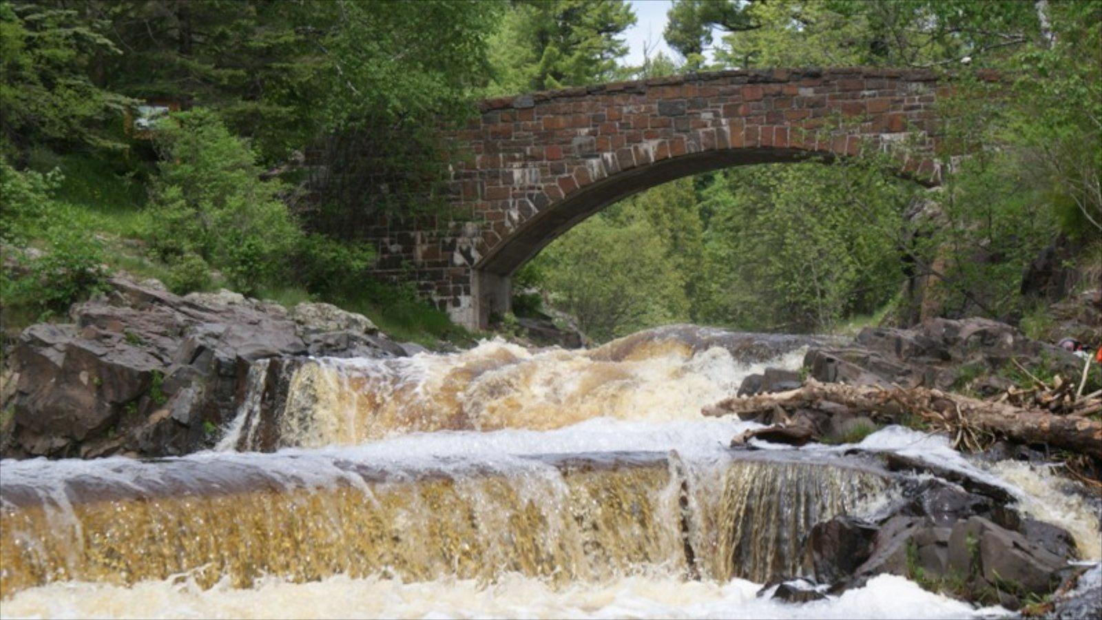 Duluth que inclui uma ponte e córrego