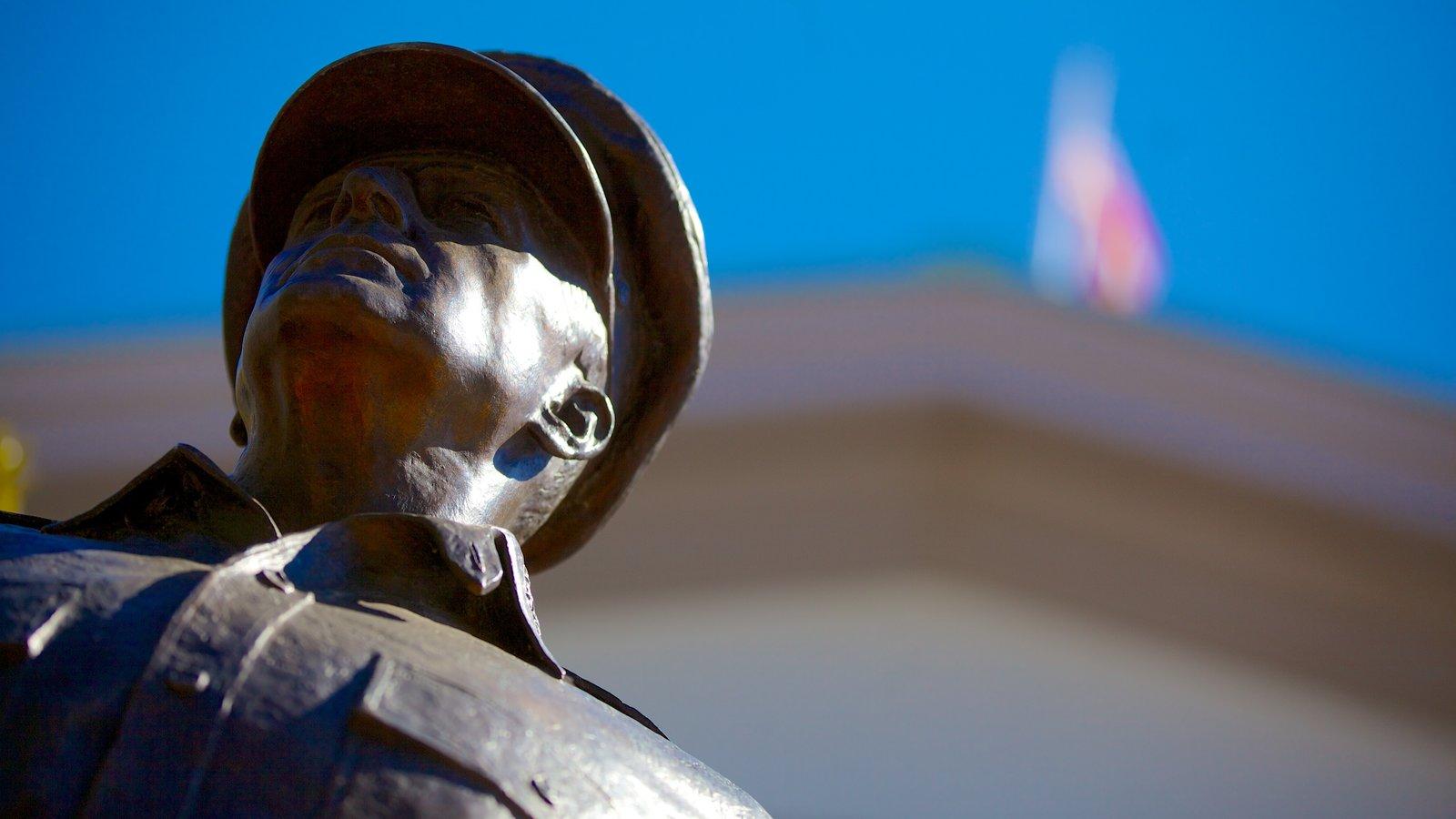 Douglas MacArthur Memorial que inclui um memorial e uma estátua ou escultura