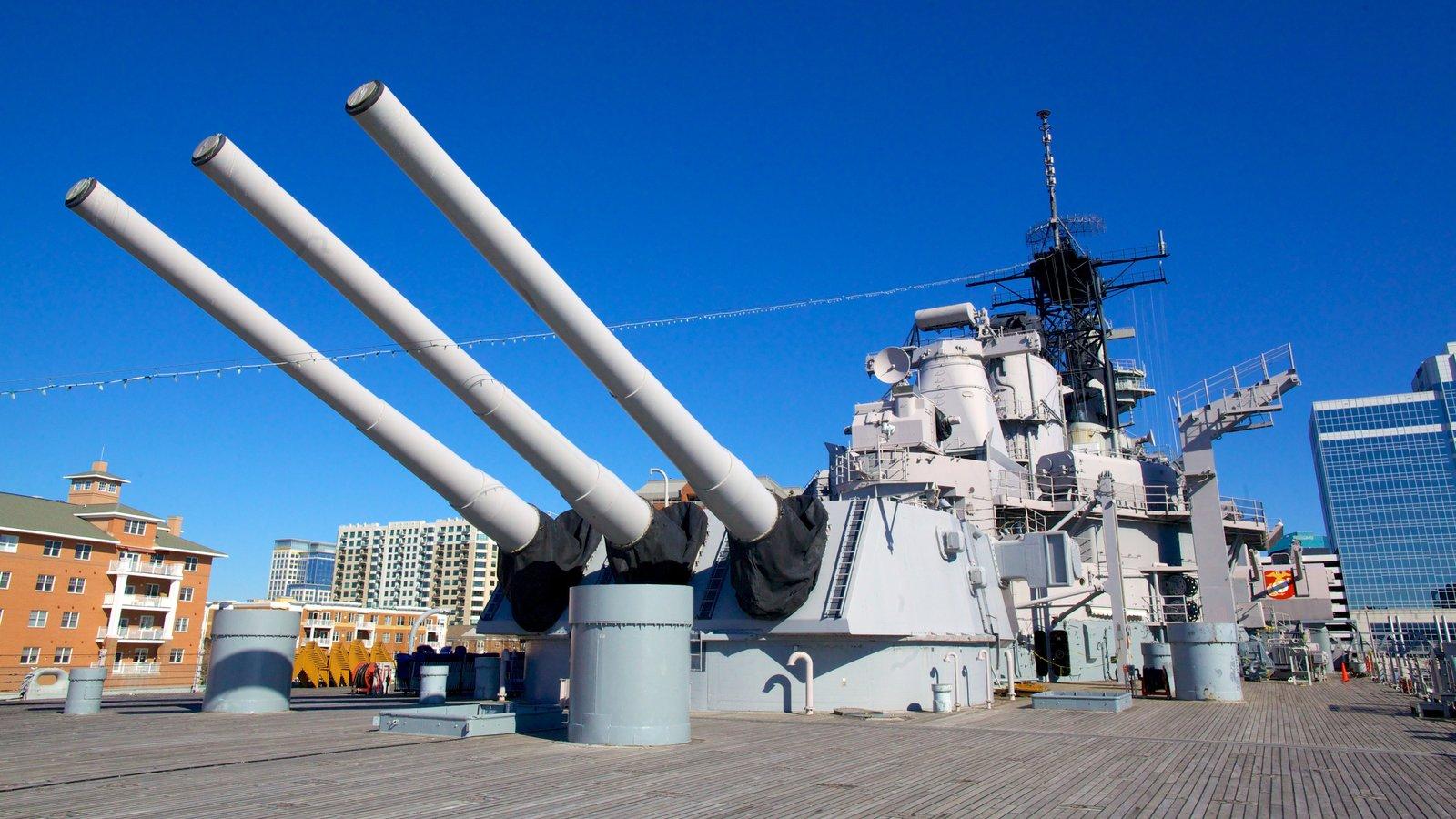 USS Wisconsin BB-64 mostrando itens militares