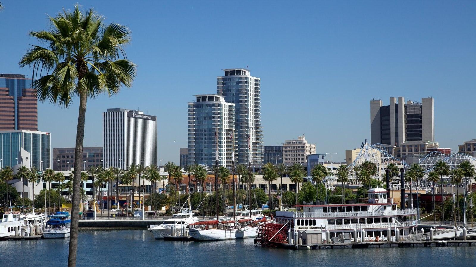 Long Beach que incluye una bahía o puerto, distrito financiero central y paseos en lancha