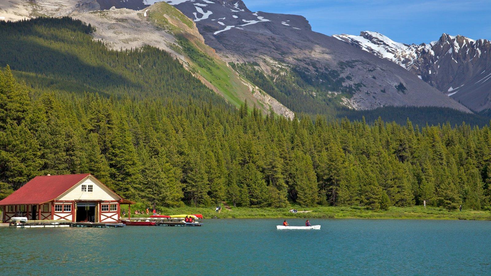 Maligne Lake que incluye kayak o canoa, un lago o abrevadero y vistas de paisajes
