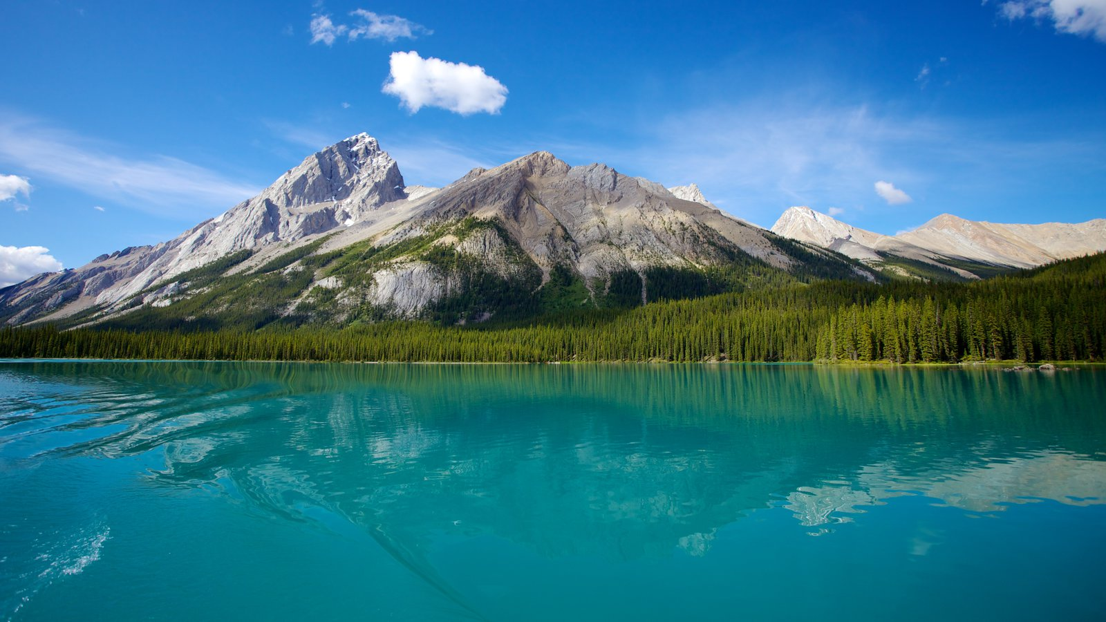 Maligne Lake which includes mountains and landscape views