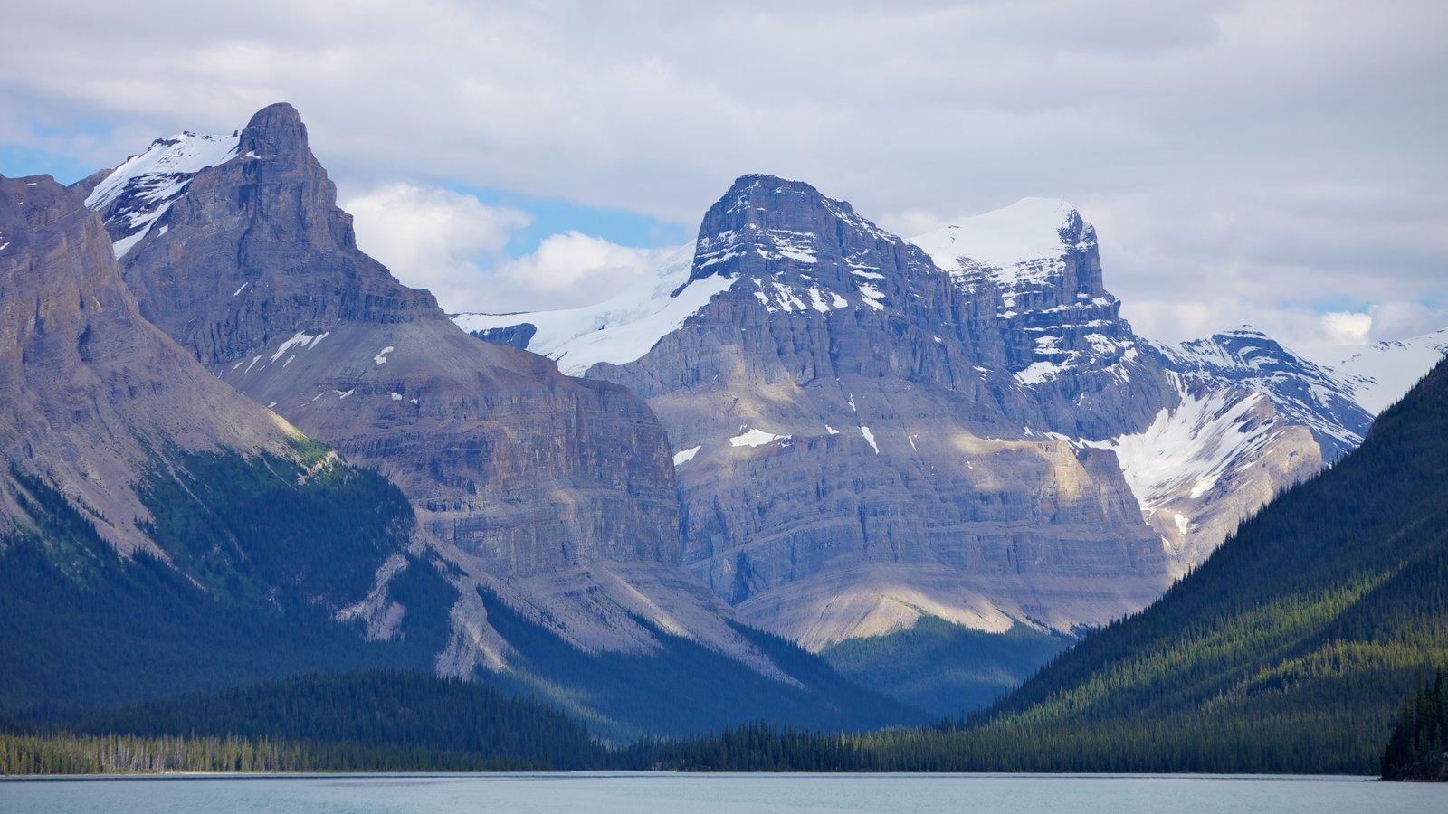 Maligne Lake que incluye montañas, un lago o abrevadero y nieve