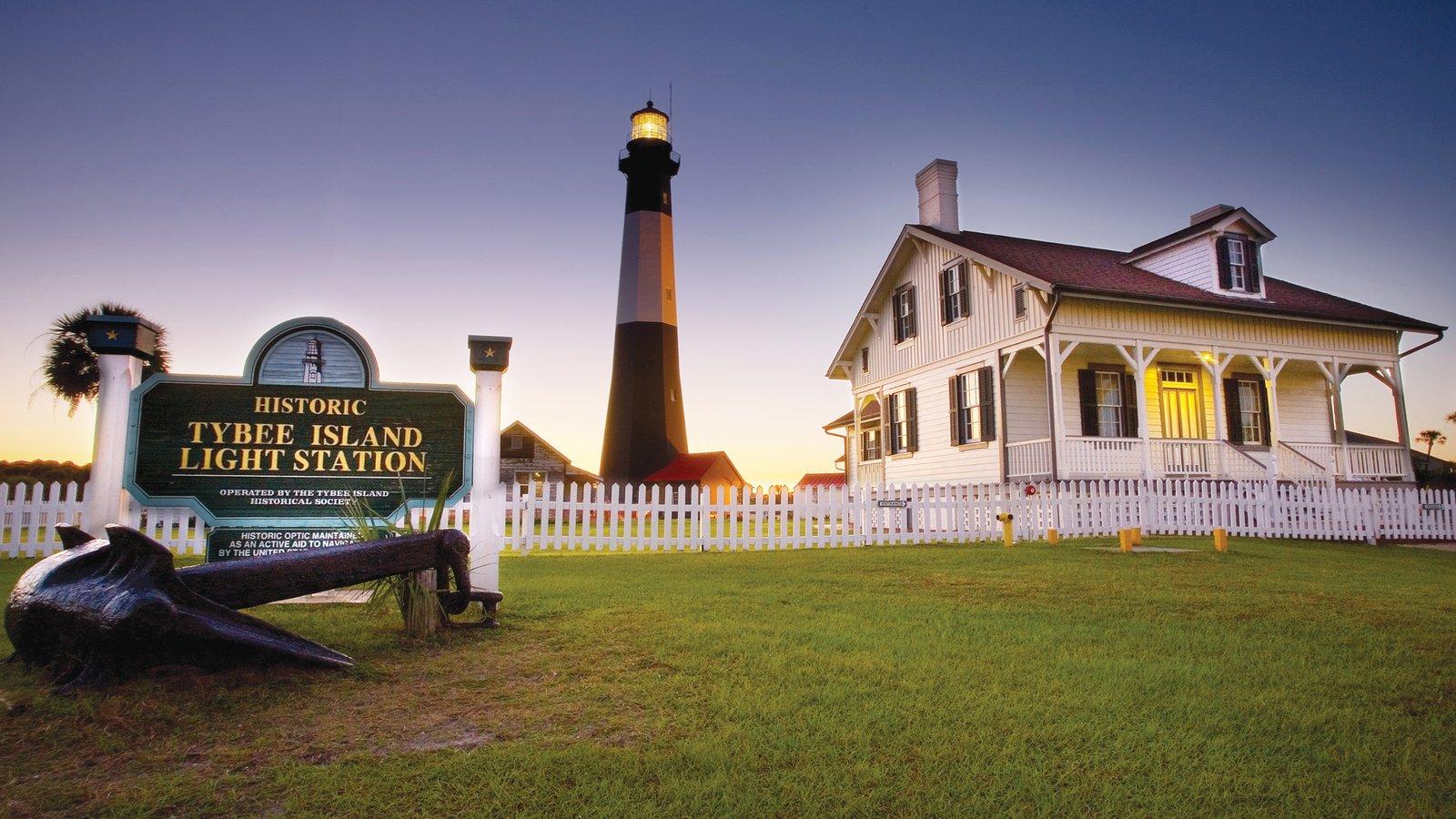 Tybee Island que inclui sinalização, um farol e uma cidade pequena ou vila