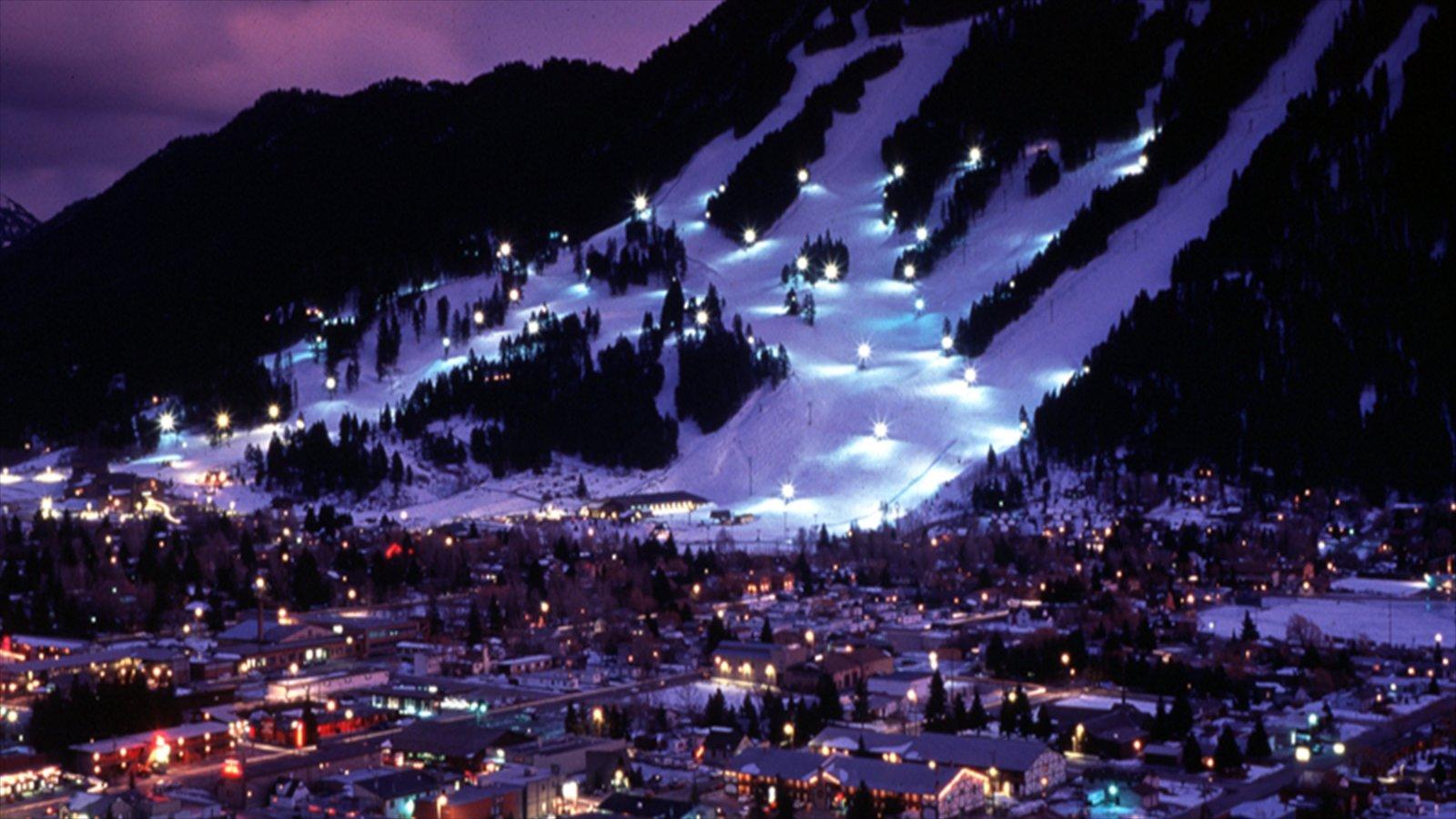 Jackson Hole ofreciendo montañas, nieve y escenas nocturnas