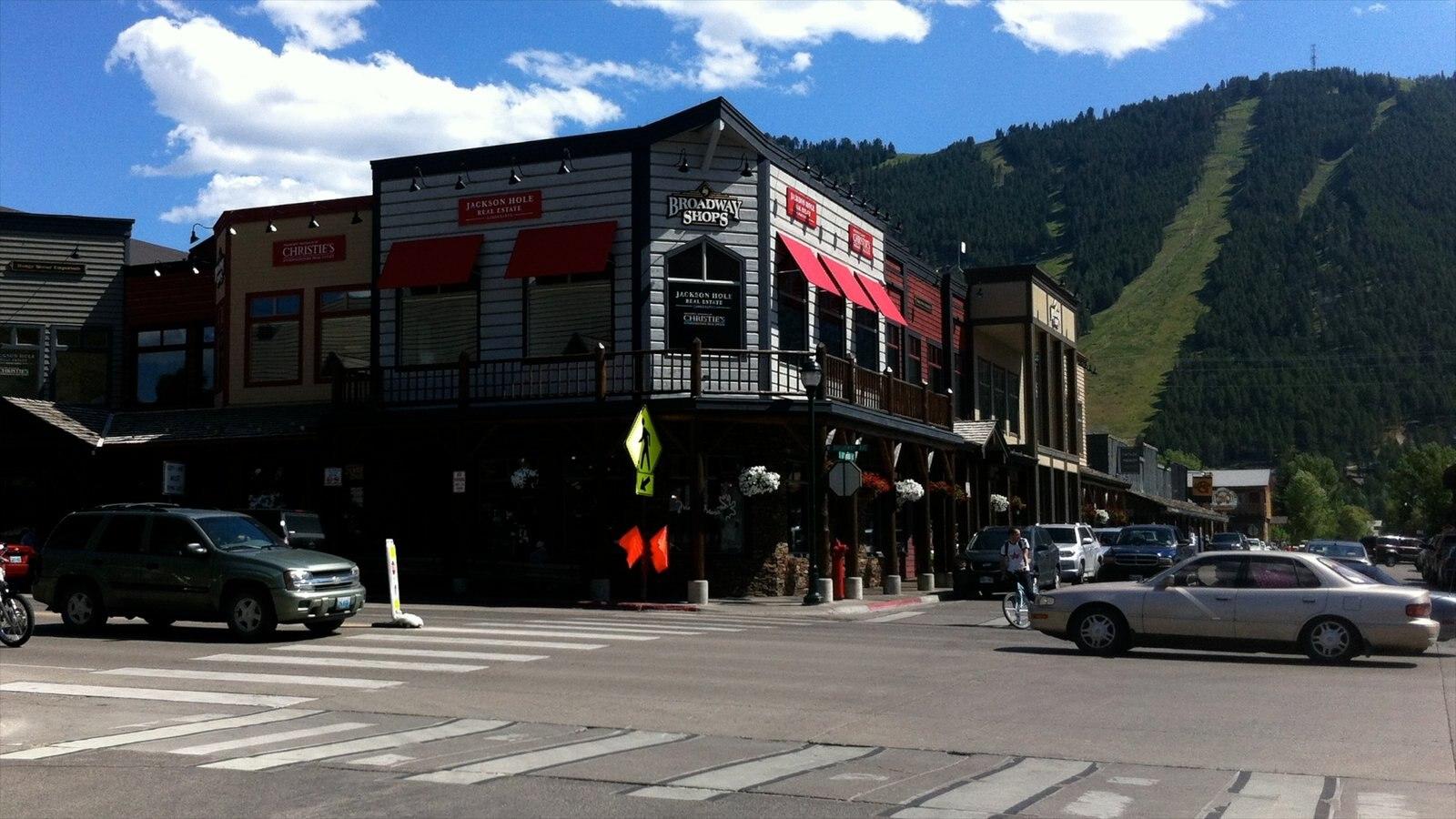 Jackson Hole caracterizando uma cidade pequena ou vila, montanhas e cenas de rua