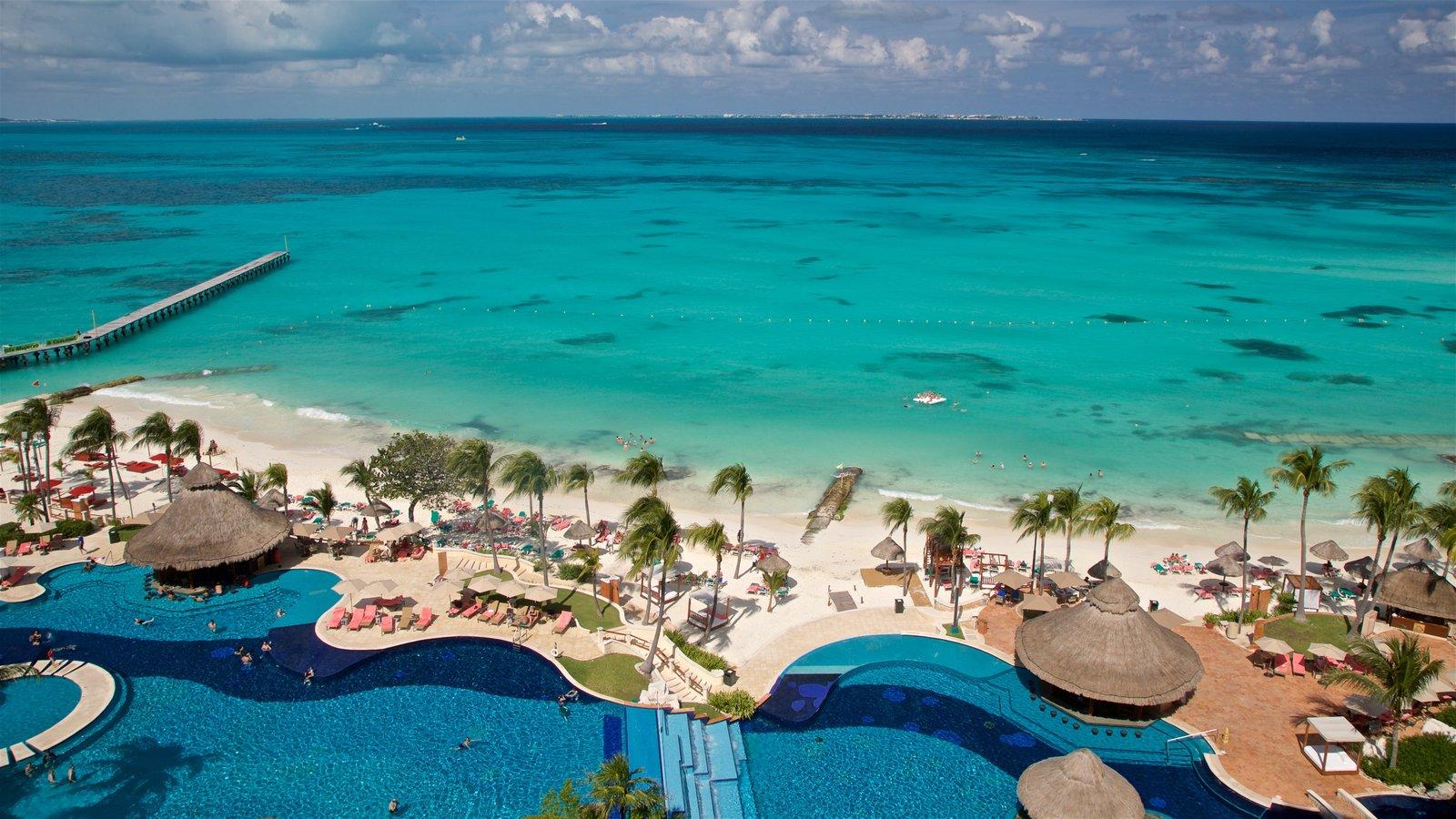 Cancún que incluye escenas tropicales, una playa y vistas generales de la costa