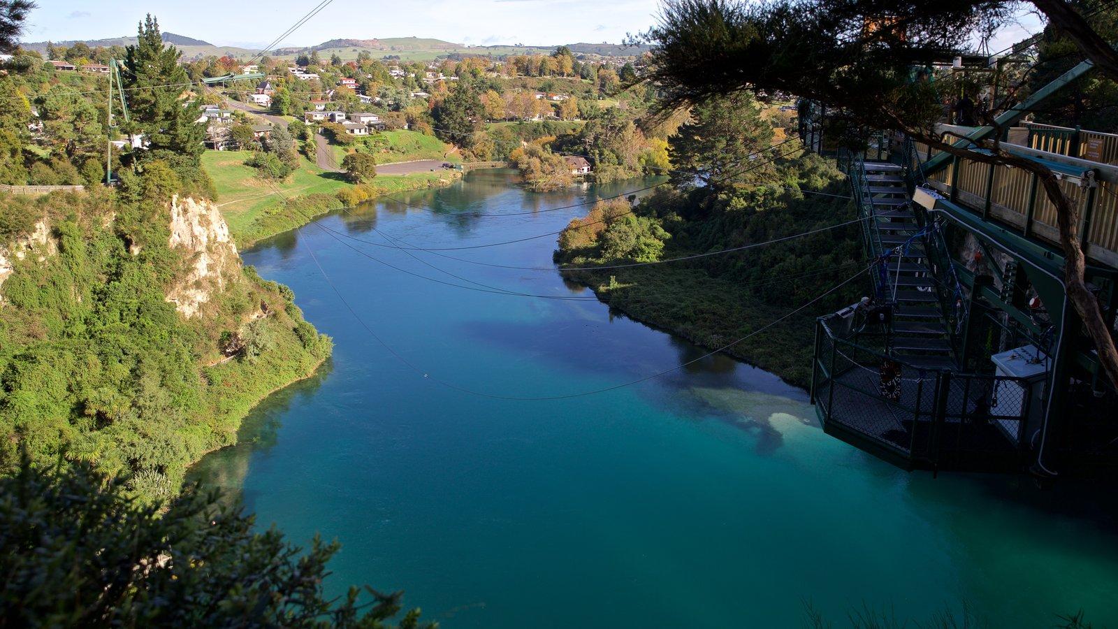 Taupo Bungy mostrando um rio ou córrego
