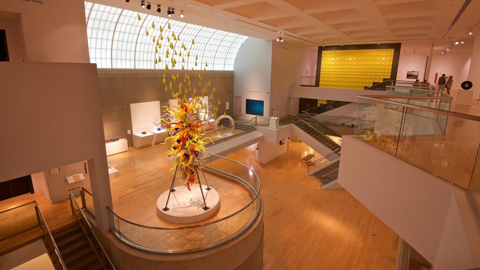 Palm Springs Art Museum mostrando vistas internas e arte