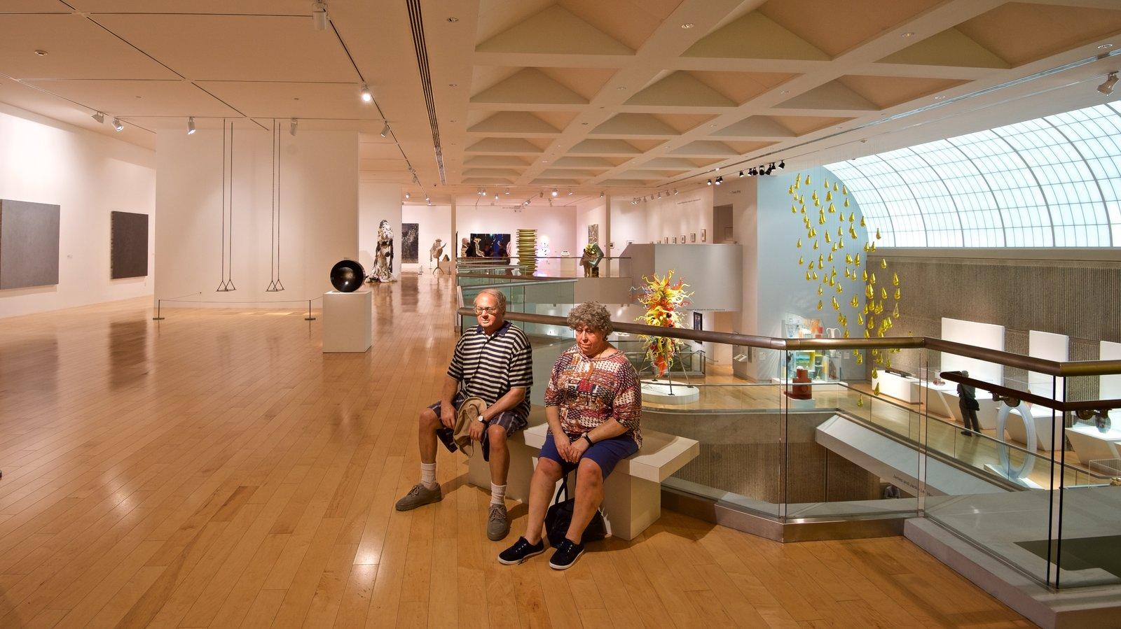 Palm Springs Art Museum caracterizando vistas internas assim como um casal