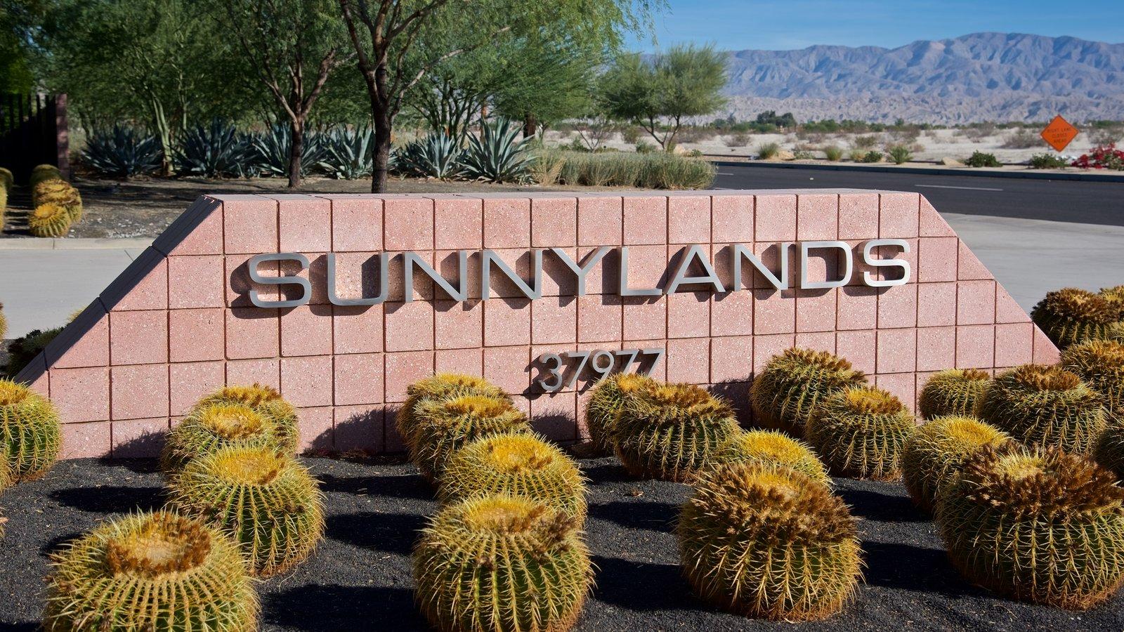 Centro Sunnylands y jardines que incluye señalización y un jardín