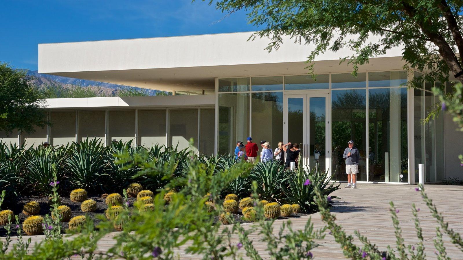 Centro Sunnylands y jardines que incluye un jardín y también un pequeño grupo de personas