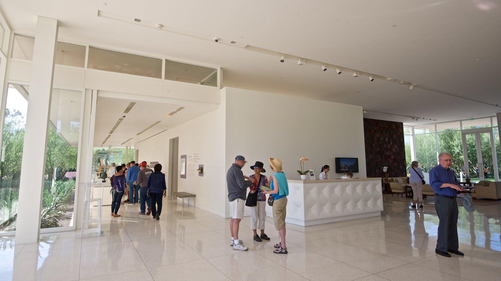 Centro Sunnylands y jardines mostrando vistas interiores y también un pequeño grupo de personas