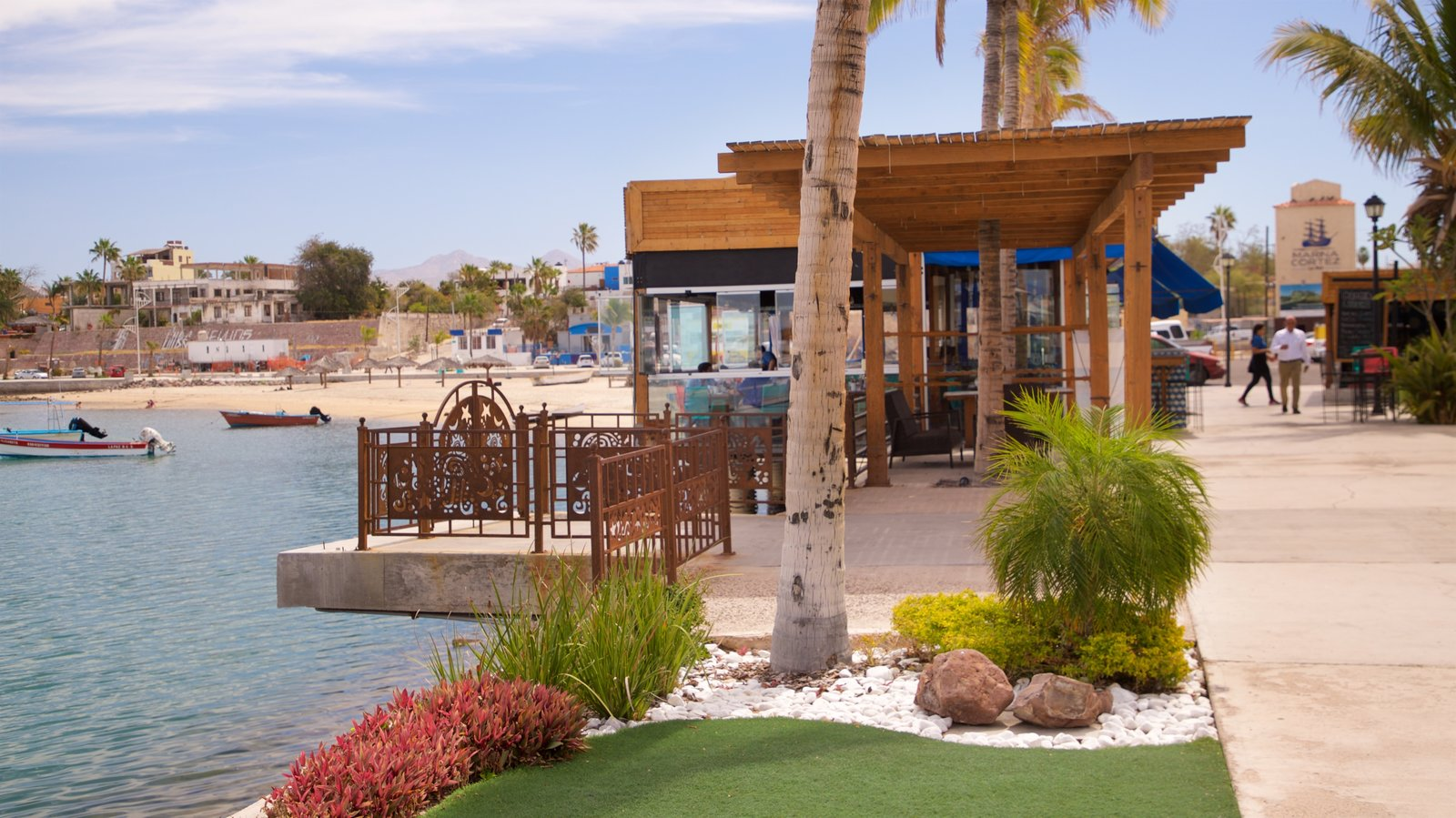 Puerto deportivo Marina Cortez ofreciendo un jardín y una bahía o puerto