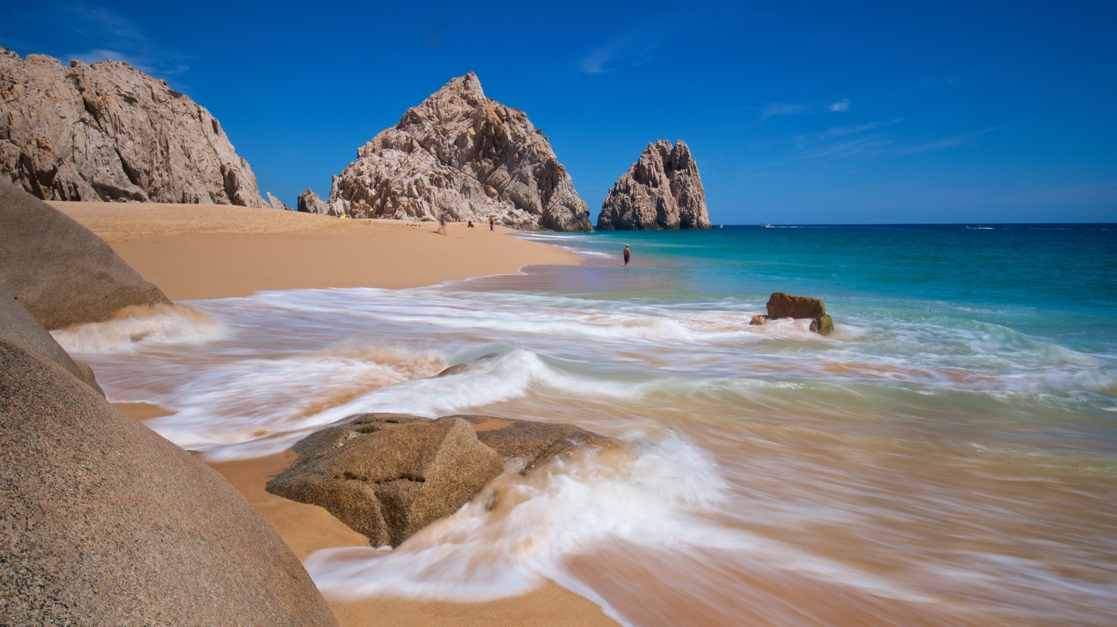 Playa Divorce que incluye una playa, costa rocosa y vistas generales de la costa