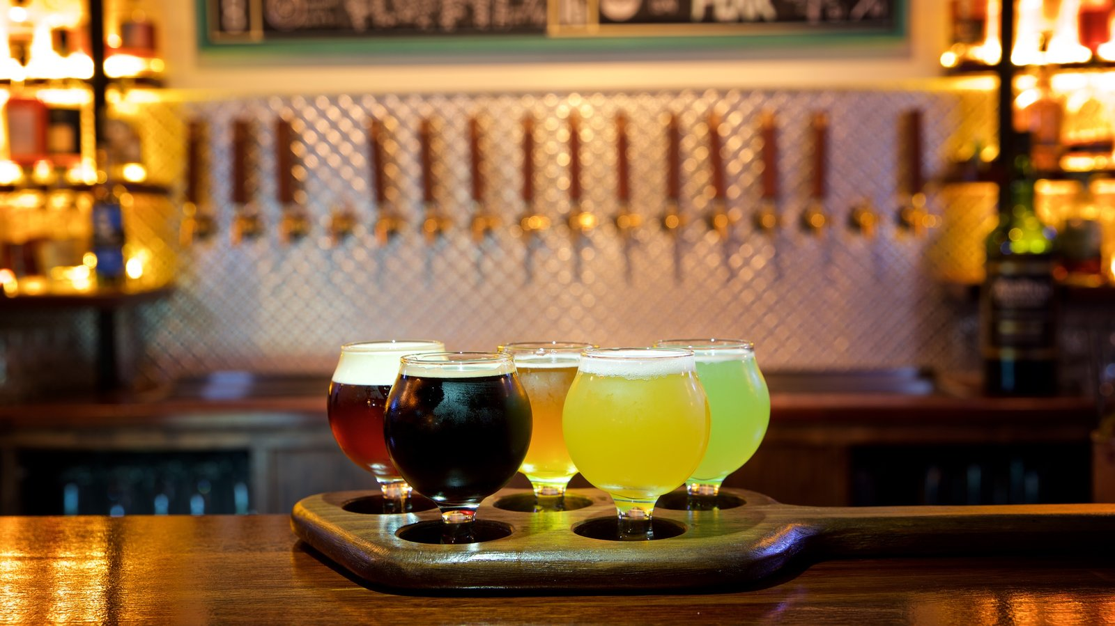 Adelaide caracterizando bebidas e um bar