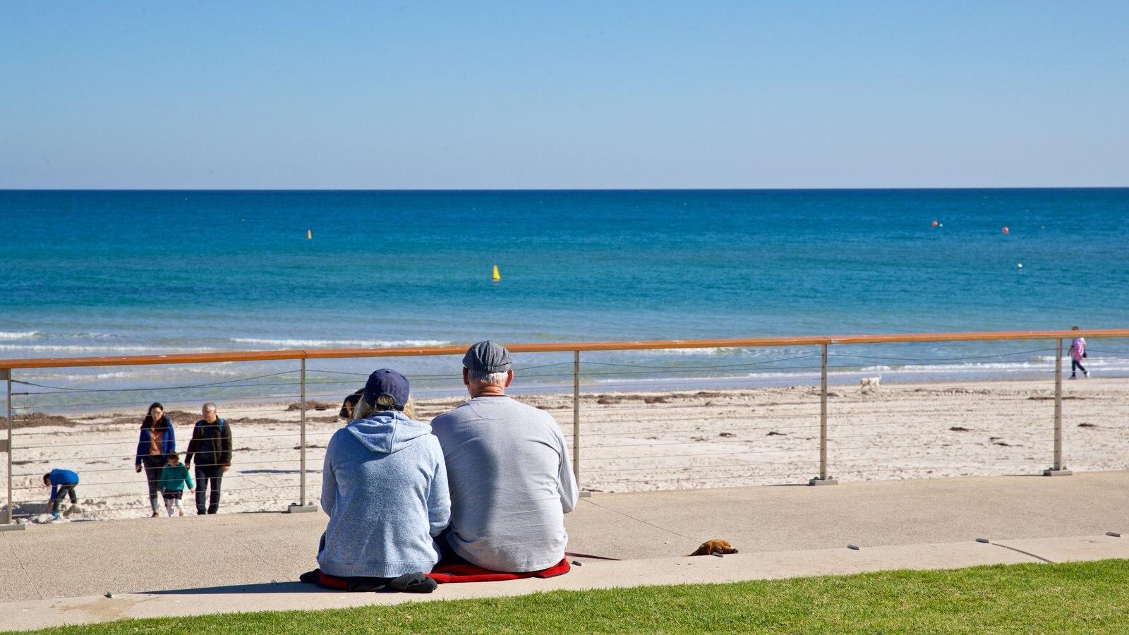 Playa Henley que incluye vistas generales de la costa y también una pareja