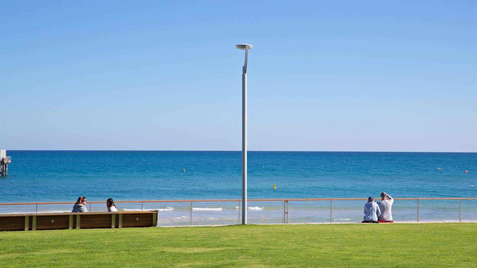 Playa Henley ofreciendo un jardín y vistas generales de la costa