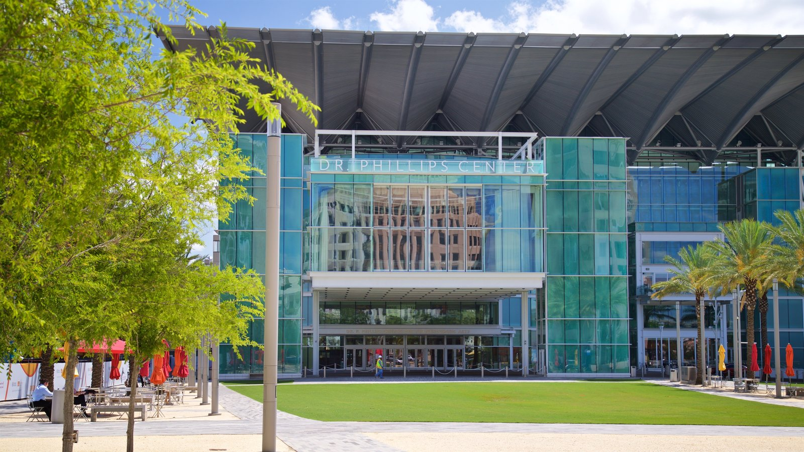 Dr. Phillips Center for the Performing Arts que incluye arquitectura moderna
