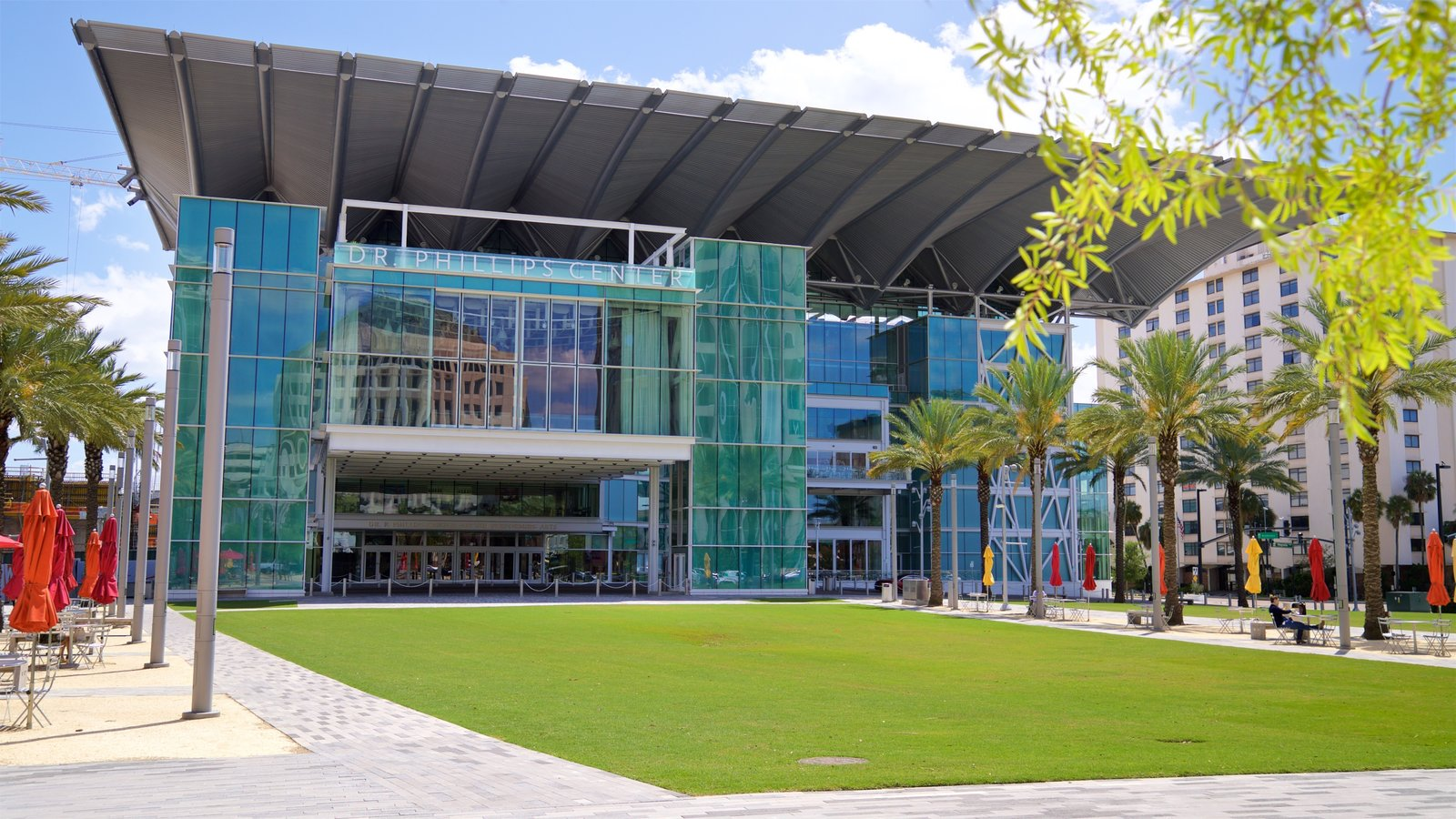 Dr. Phillips Center for the Performing Arts mostrando arquitectura moderna