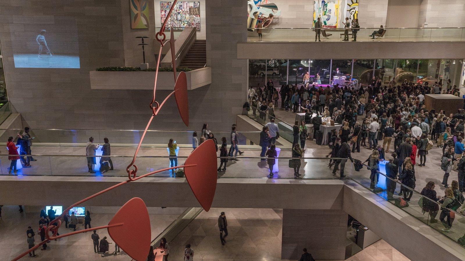 Galería Nacional de Arte mostrando vistas interiores y también un gran grupo de personas