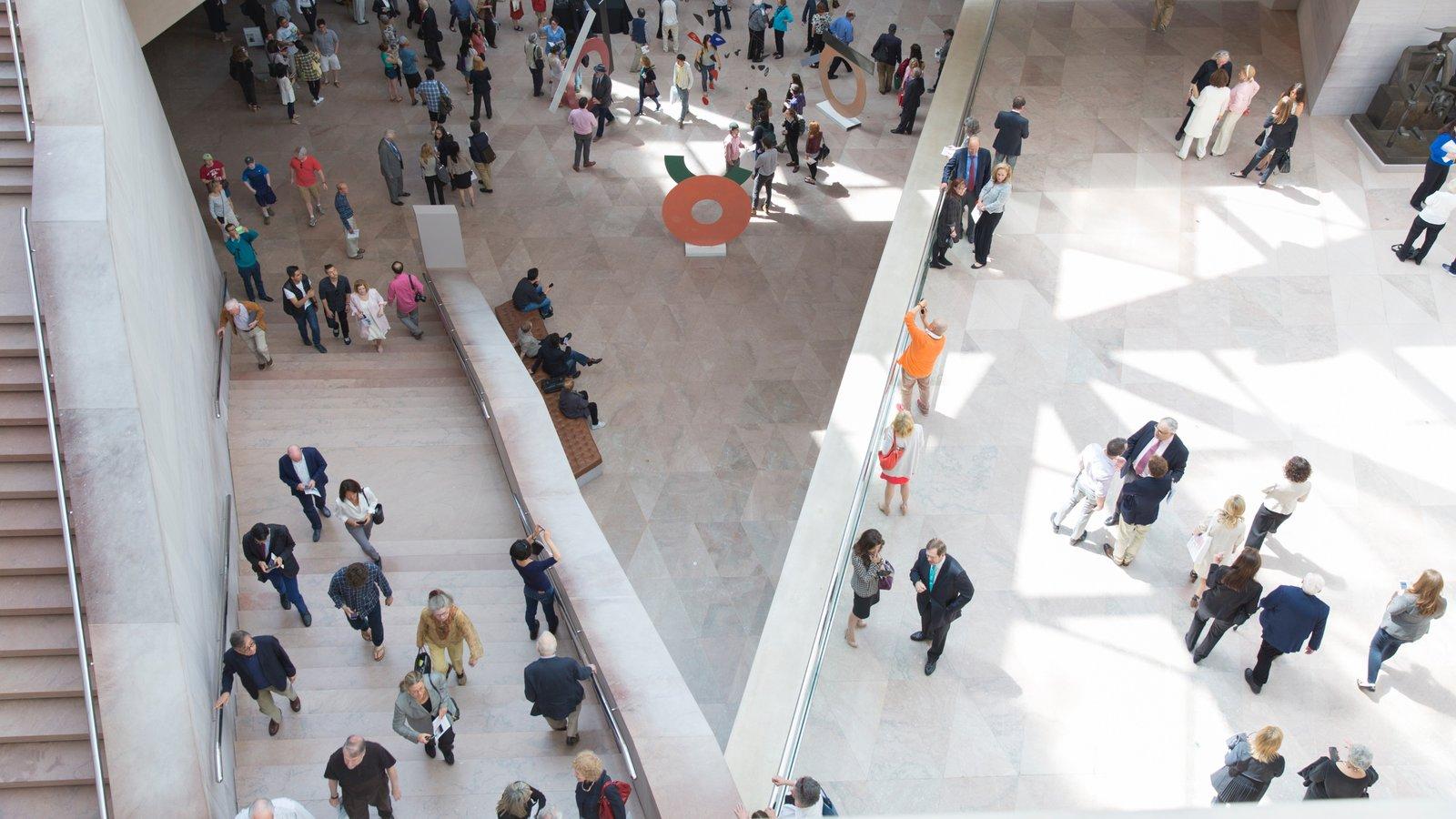 Galería Nacional de Arte ofreciendo vistas interiores y también un pequeño grupo de personas