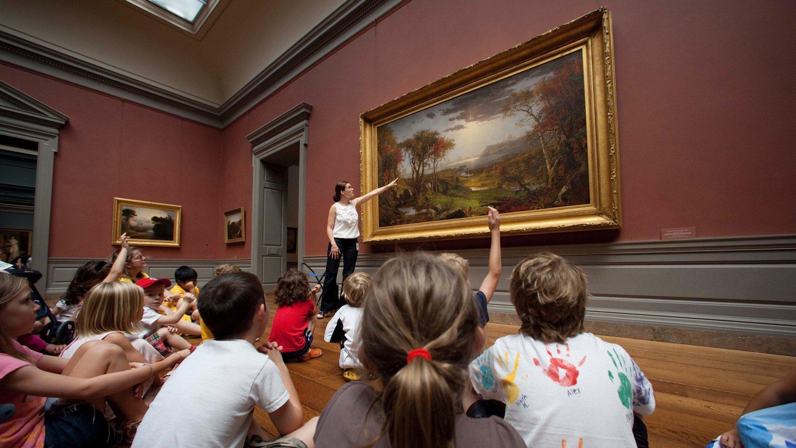 Galería Nacional de Arte ofreciendo arte y vistas interiores y también una mujer