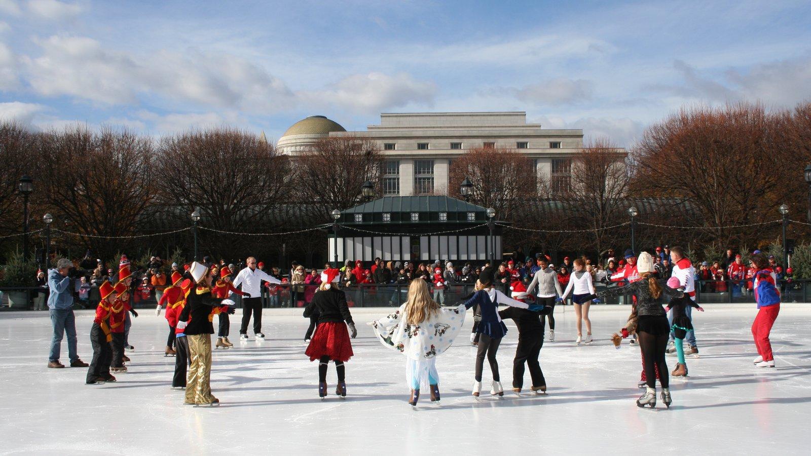 National Gallery of Art que inclui patinação no gelo assim como um pequeno grupo de pessoas