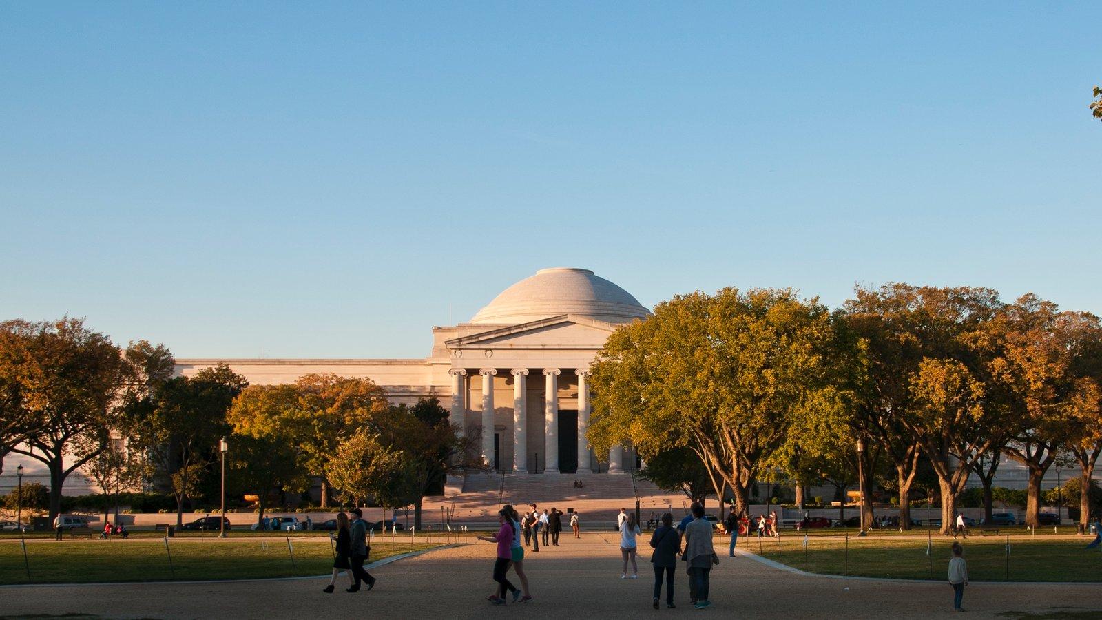 Galería Nacional de Arte ofreciendo una puesta de sol y patrimonio de arquitectura y también un pequeño grupo de personas
