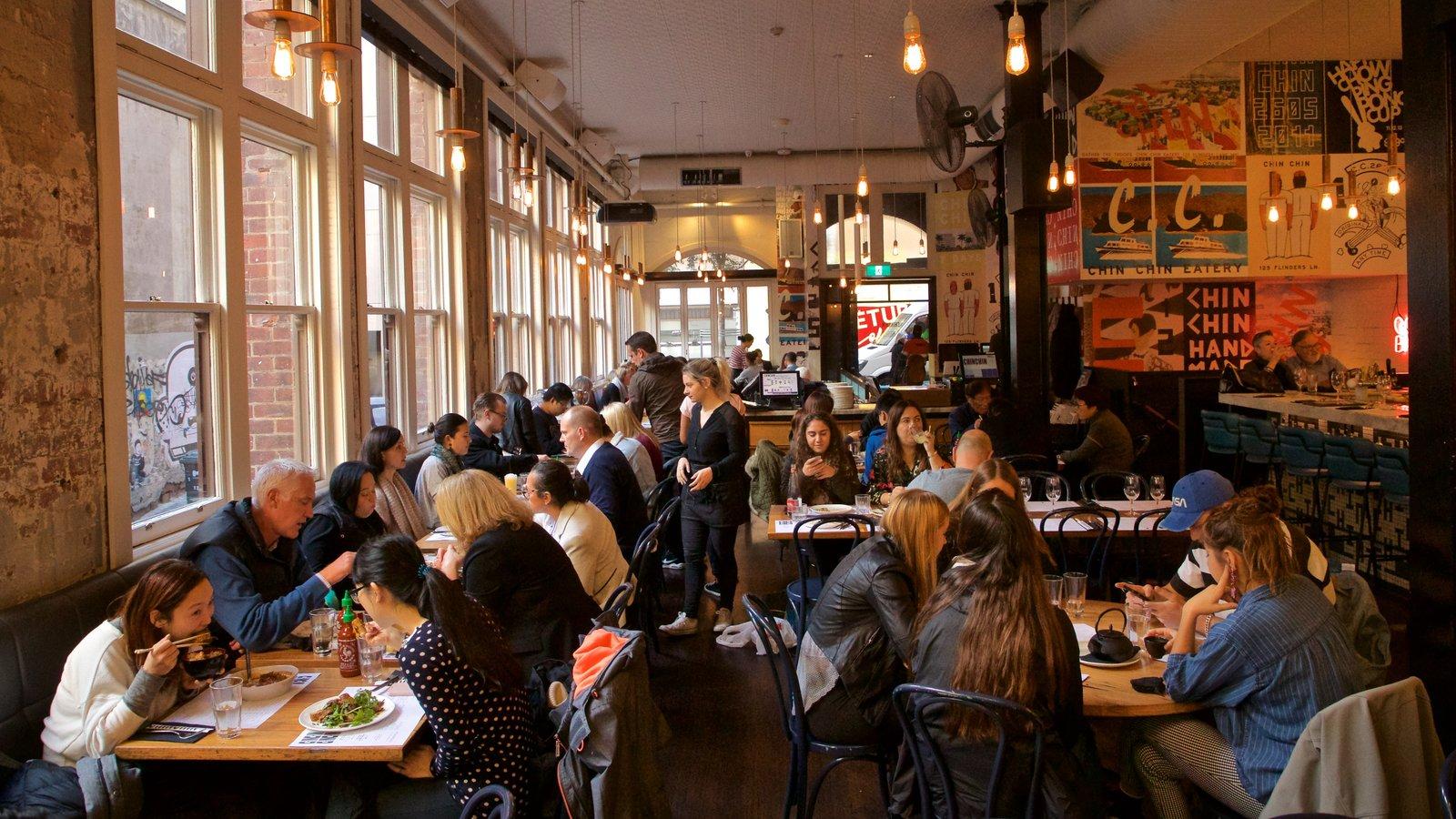 Docklands que incluye vistas interiores y escenas de café y también un gran grupo de personas