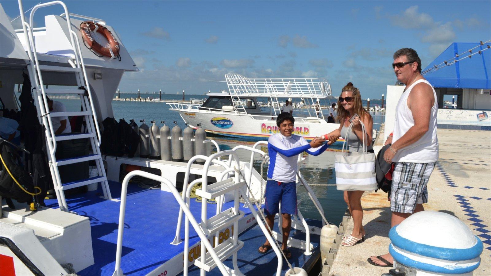 Aquaworld mostrando una marina y paseos en lancha y también una familia