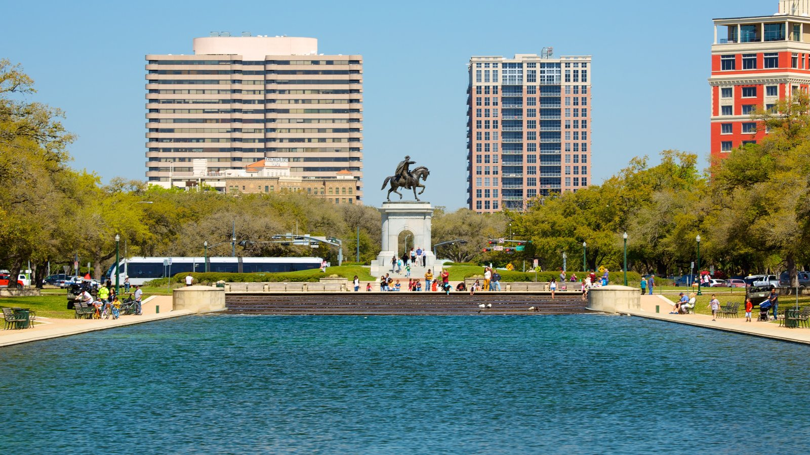 Hermann Park que inclui uma cidade, um lago ou charco e um parque